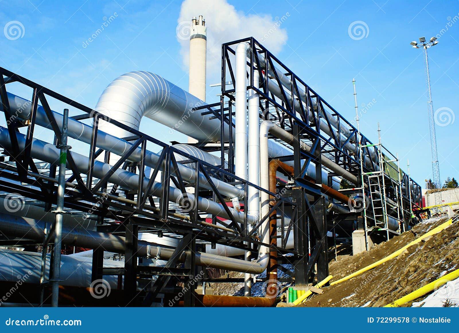 Download Промышленные стальные трубопроводы и клапаны против голубого неба Стоковое Фото - изображение насчитывающей изоляция, backhoe: 72299578