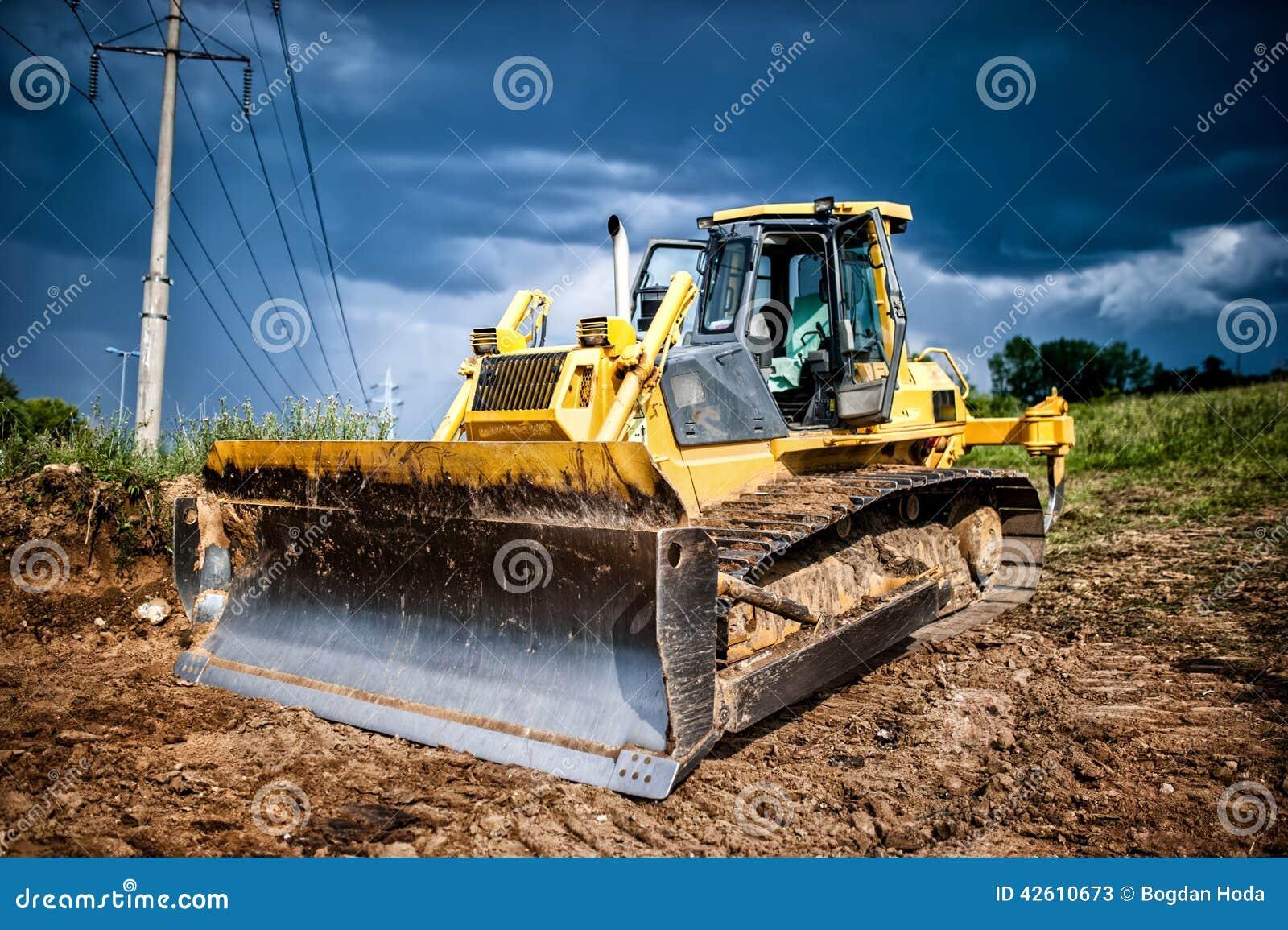 Промышленный backhoe, earh бульдозера moving и песок в sandpit