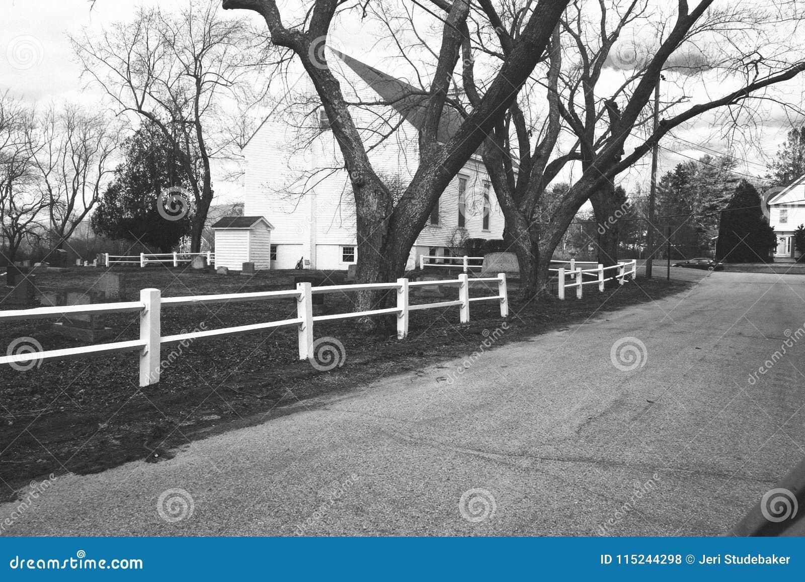 Проселочная дорога, белая деревянная загородка рельса, здание церкви