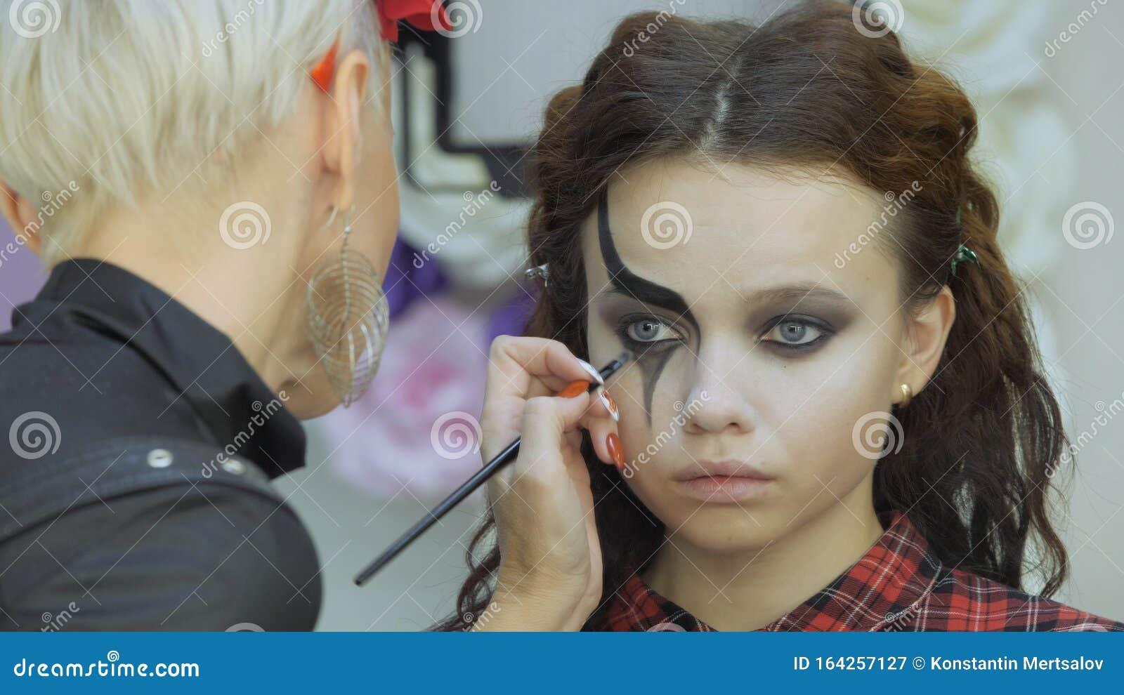 Девушка модель работа в салоне как правильно измерить талию