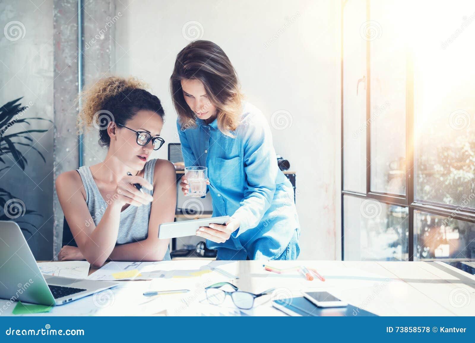 Просторная квартира офиса процесса работы команды сотрудников современная Производители фото делая новую большую творческую идею
