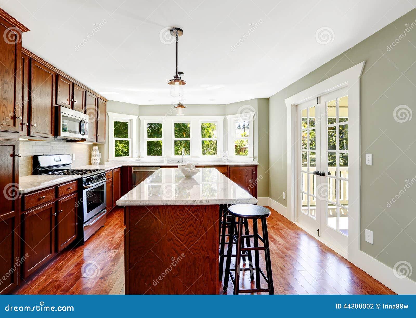 просторная комната кухни с французской дверью и островом