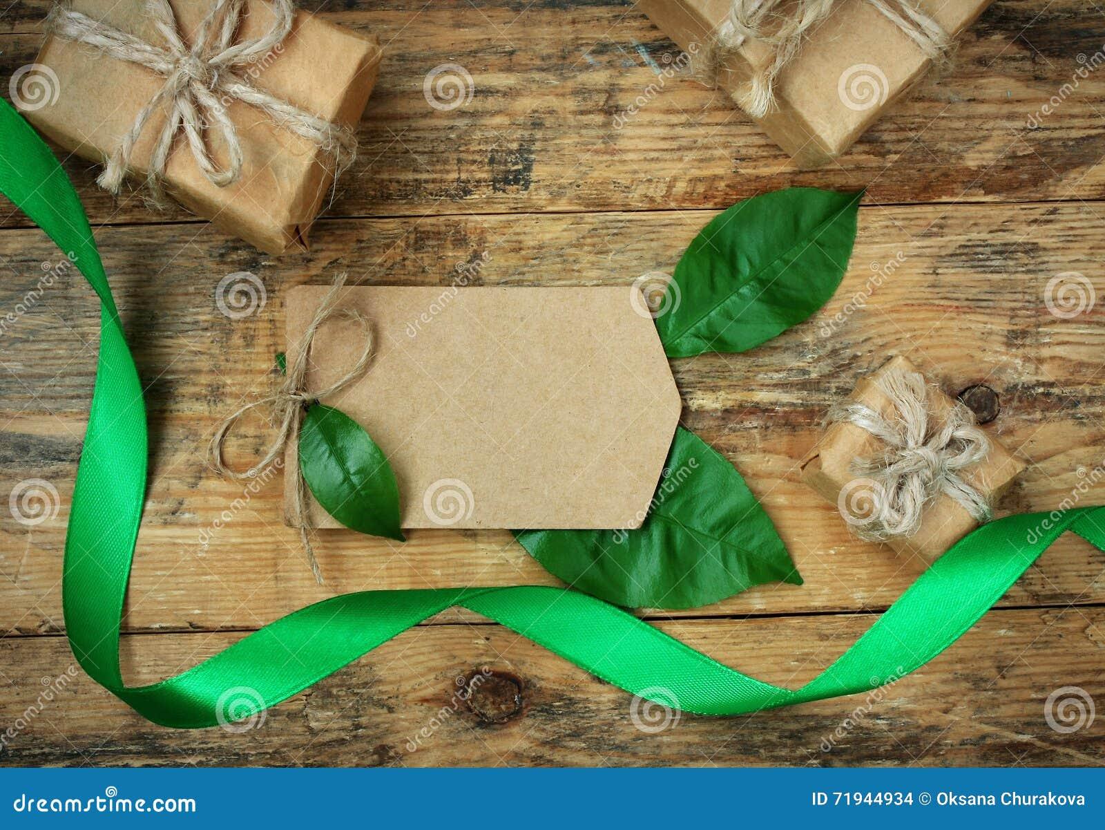 Простые 3 подарочной коробки с зелеными листьями, silk лентой