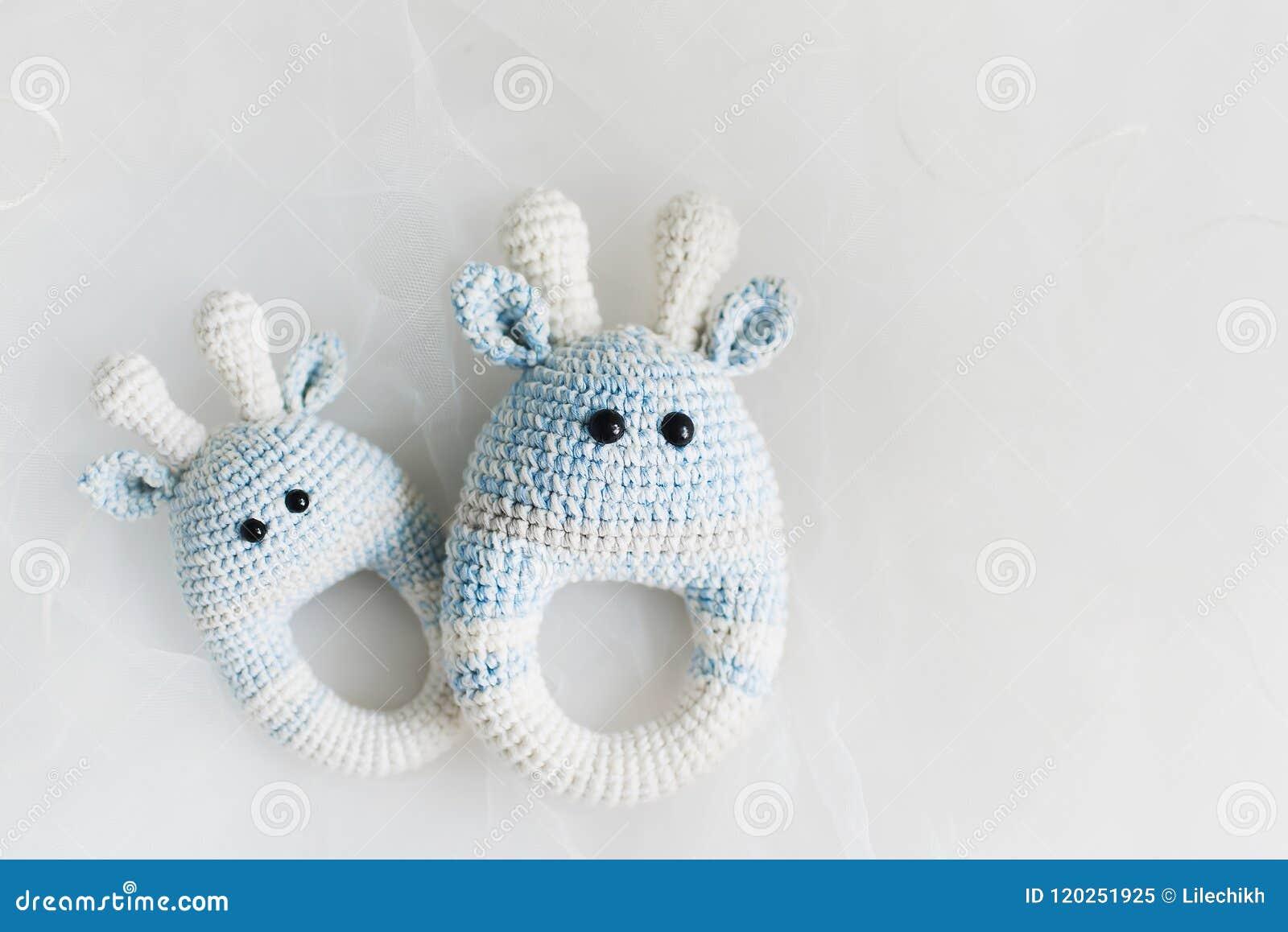 Простые связанные игрушки младенца на белой предпосылке