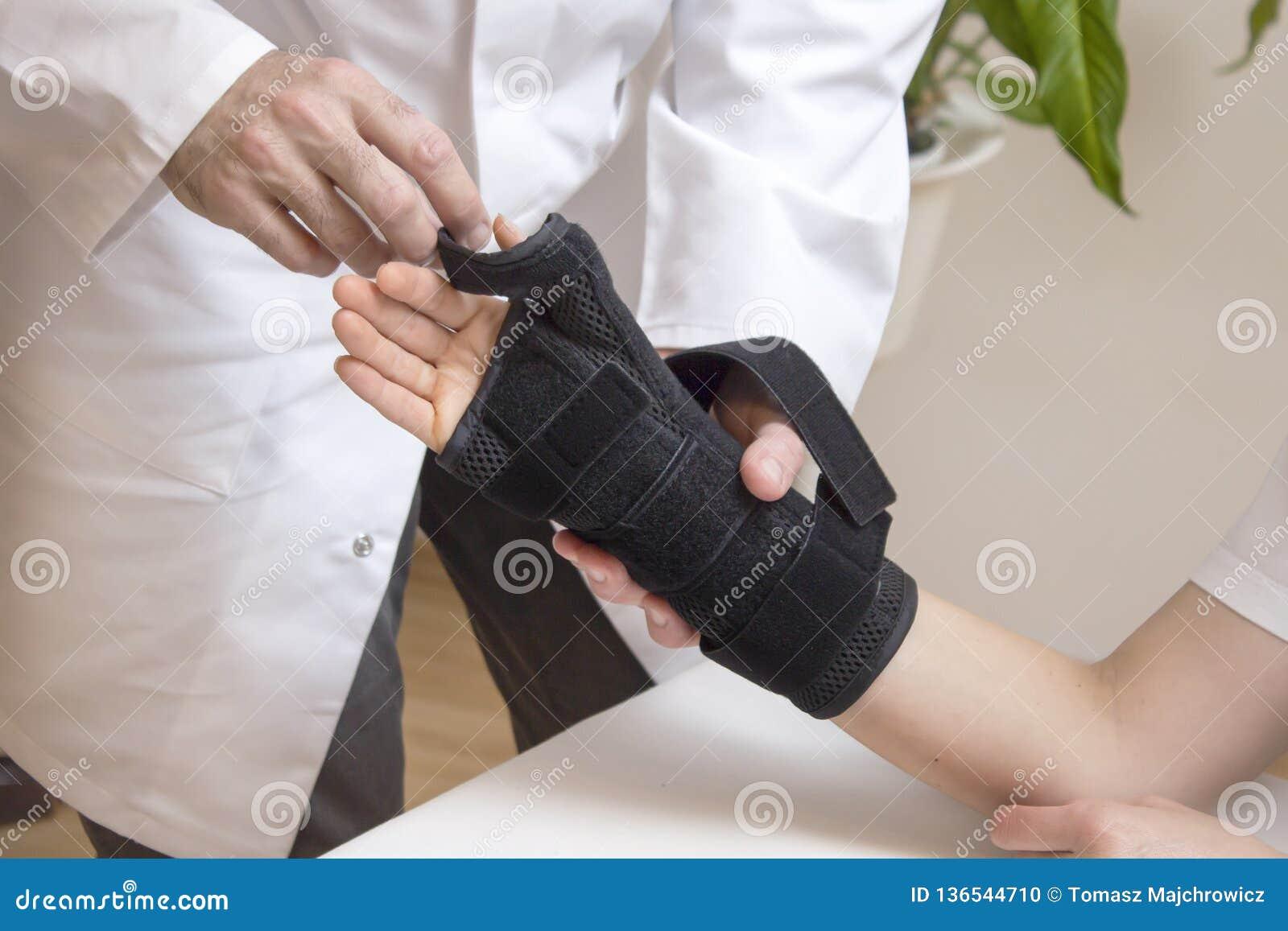 Протезный хирург принимает стабилизатор для руки женщины