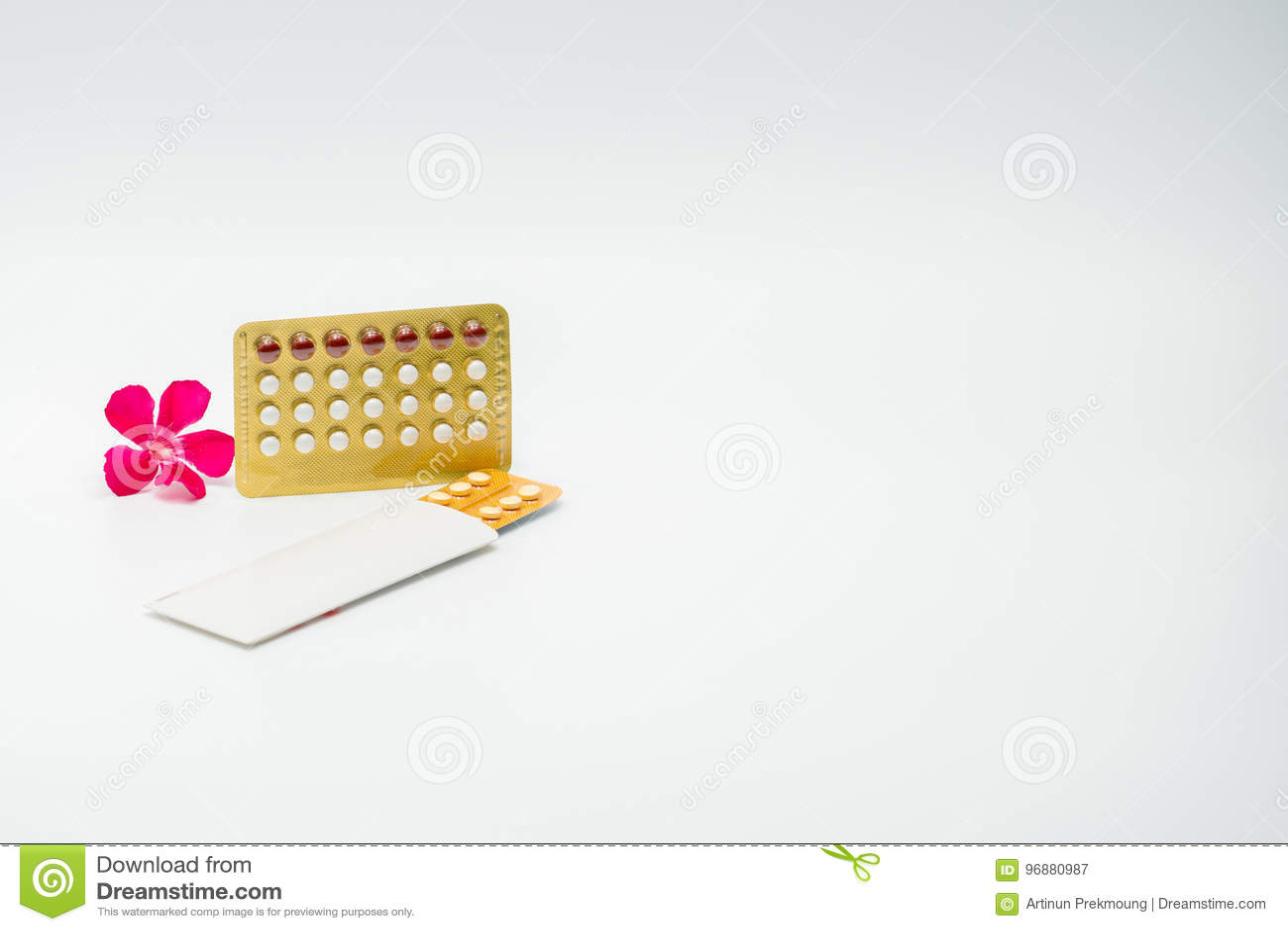 Противозачаточные таблетки с розовым цветком
