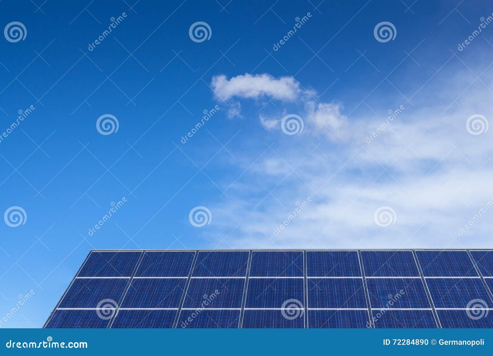 Download против воздуха как голубые энергии гловальные хорошие вопросы обшивают панелями небо способное к возрождению загрязнения солнечно Стоковое Фото - изображение насчитывающей панели, электричество: 72284890