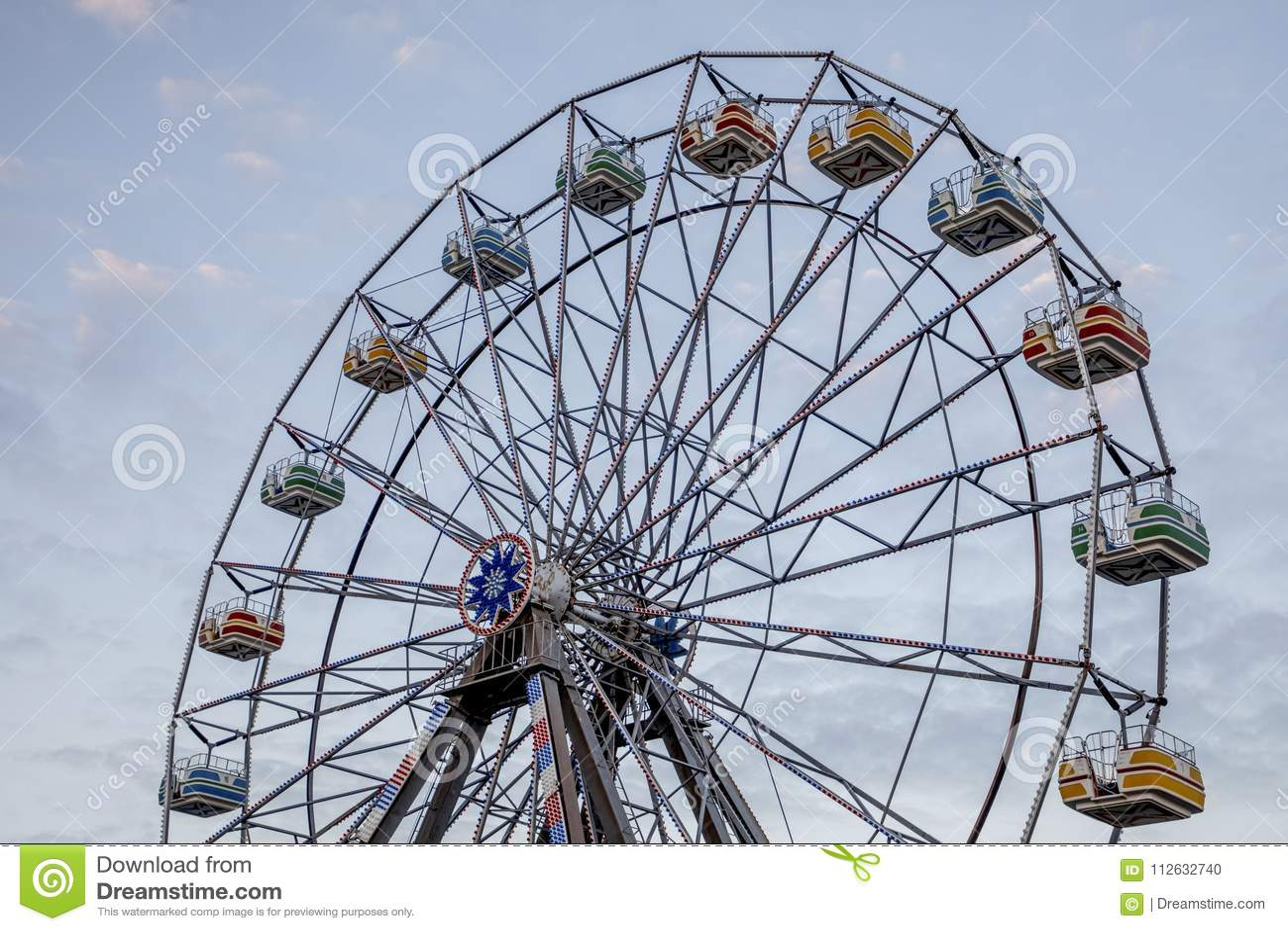 против голубого колеса неба ferris
