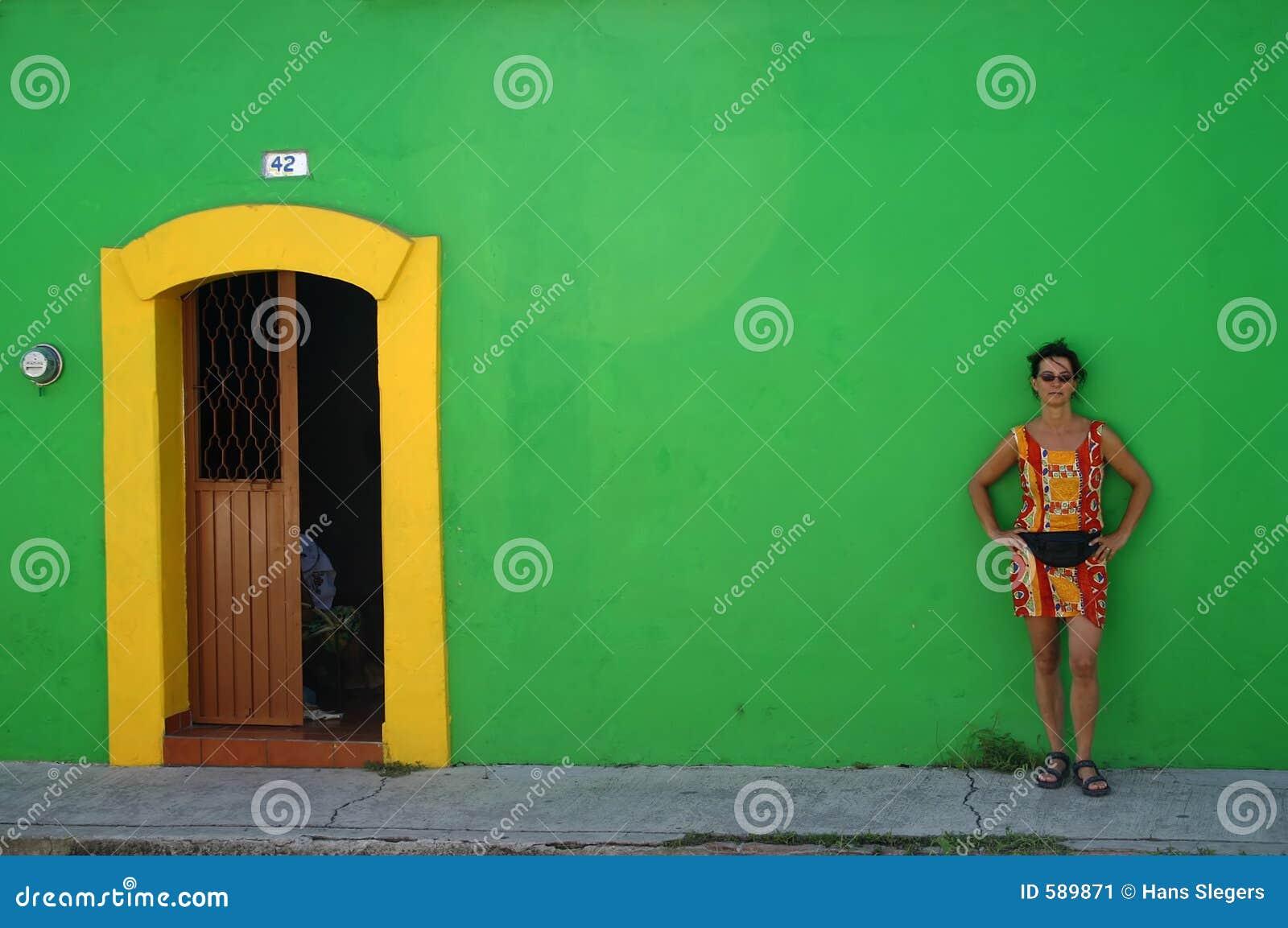 против зеленой женщины стены