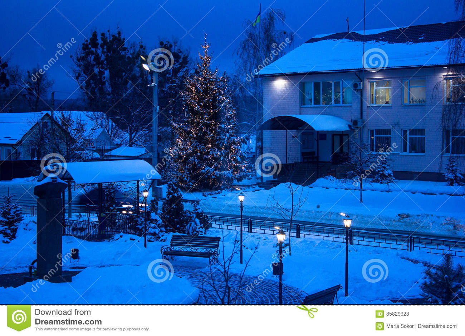 против ночи фонарика рождества стенда взгляда вала тона съемки голубой светя идя снег Голубой тон Съемка ночи