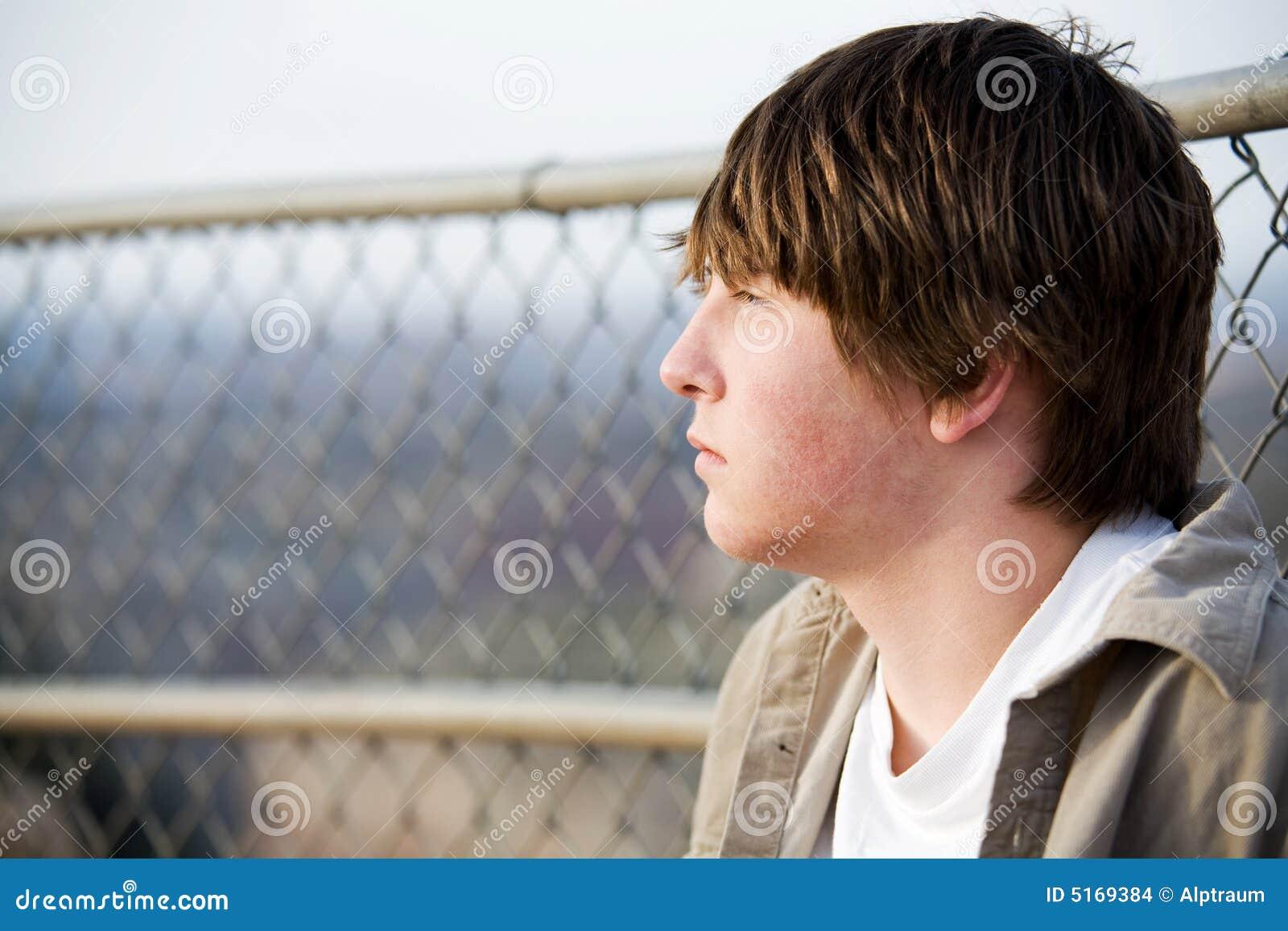 против портрета загородки предназначенного для подростков