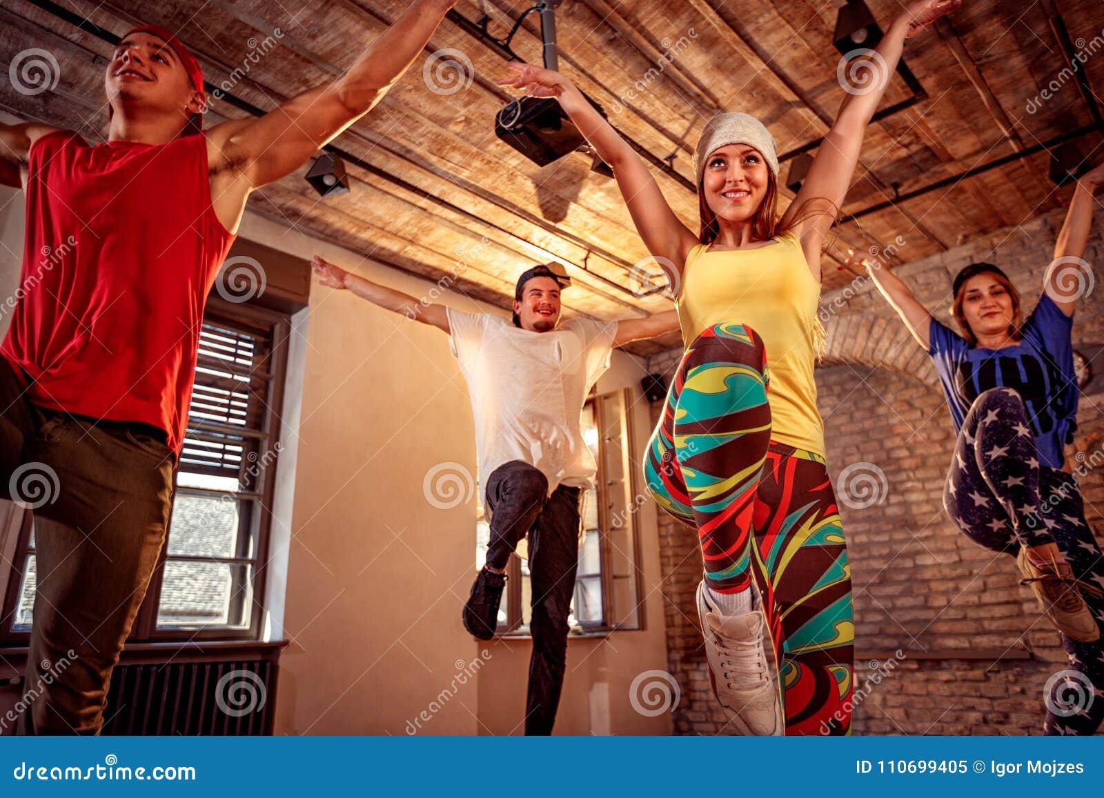 Профессиональные современные танцы тренировки танцора в студии Спорт, dan