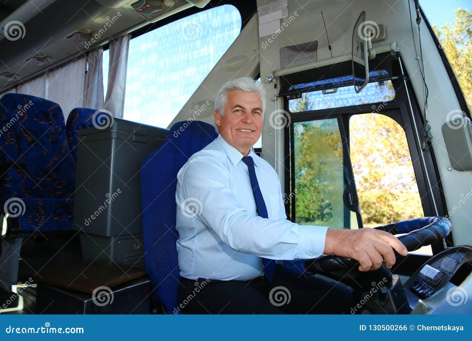 Профессиональный водитель автобуса на руле