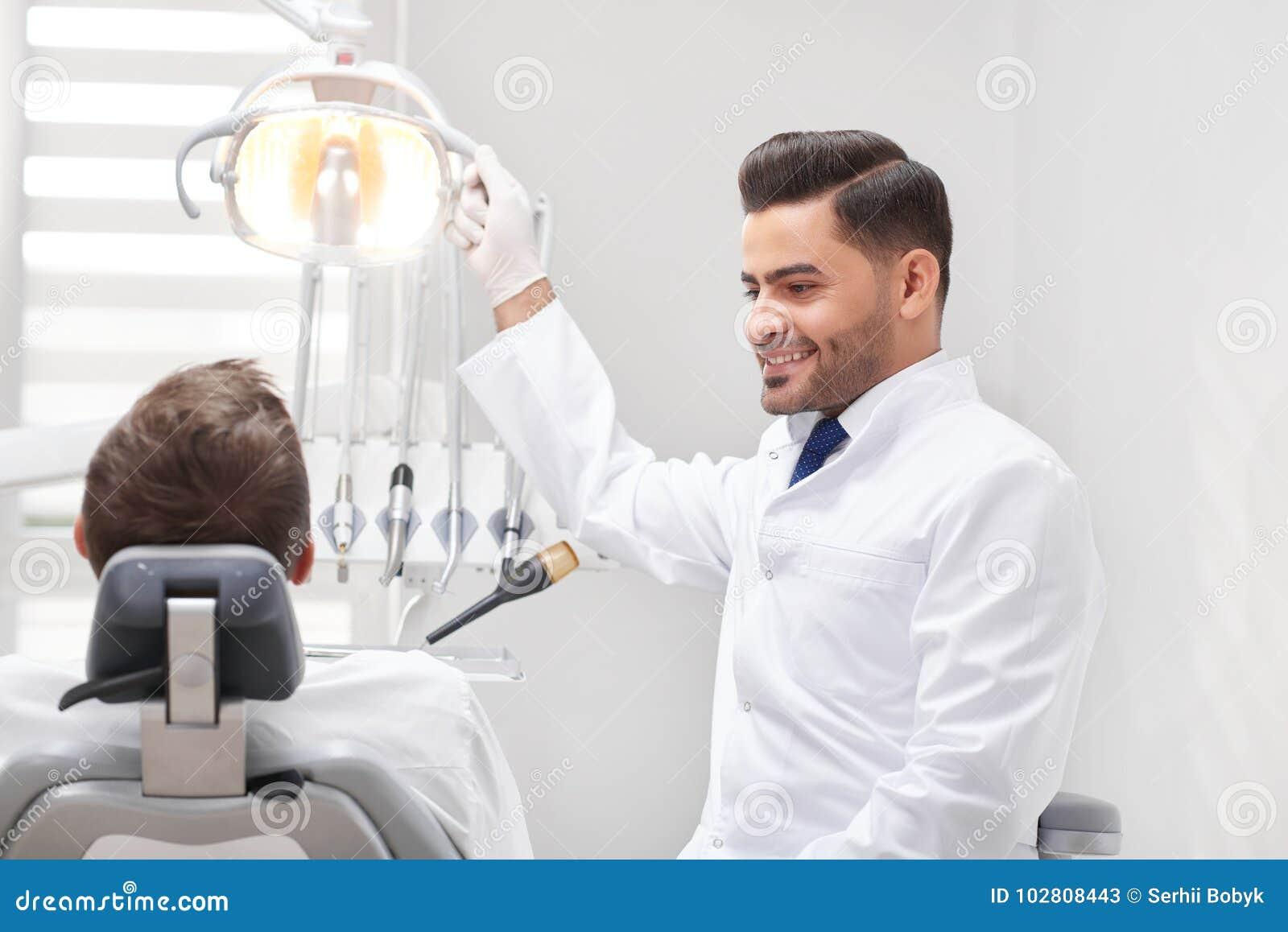 Профессиональный дантист на его клинике