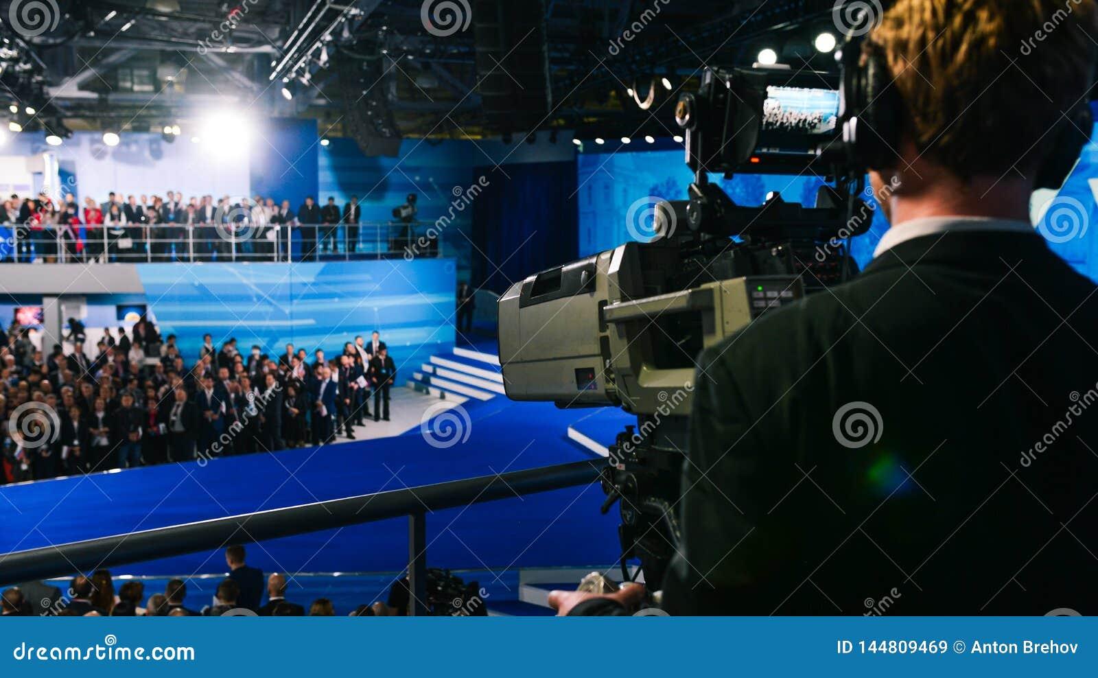 Профессиональный оператор снимает толпу людей на камере студии 4K Пере