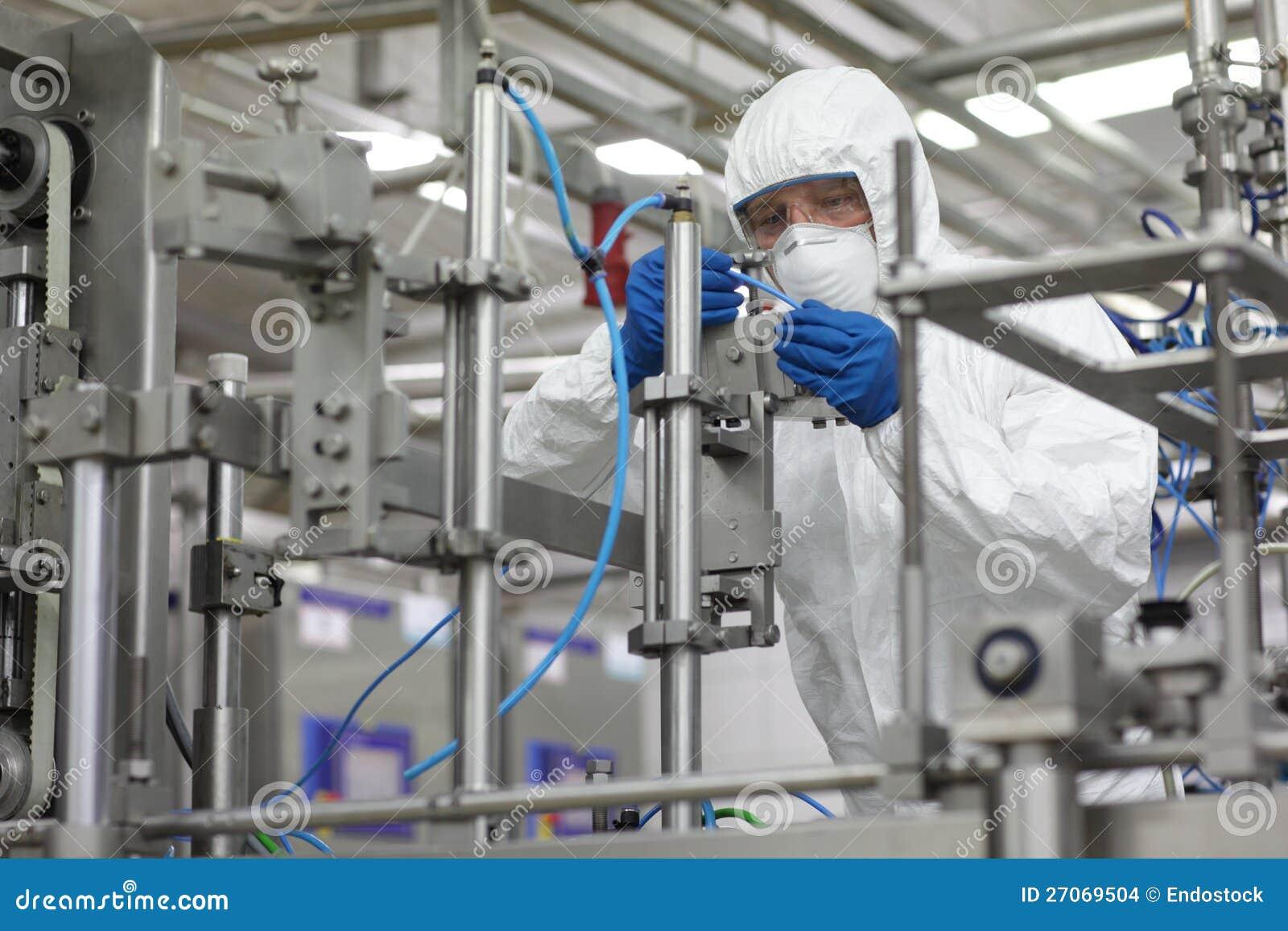 профессионал на работе на высокотехнологичной окружающей среде