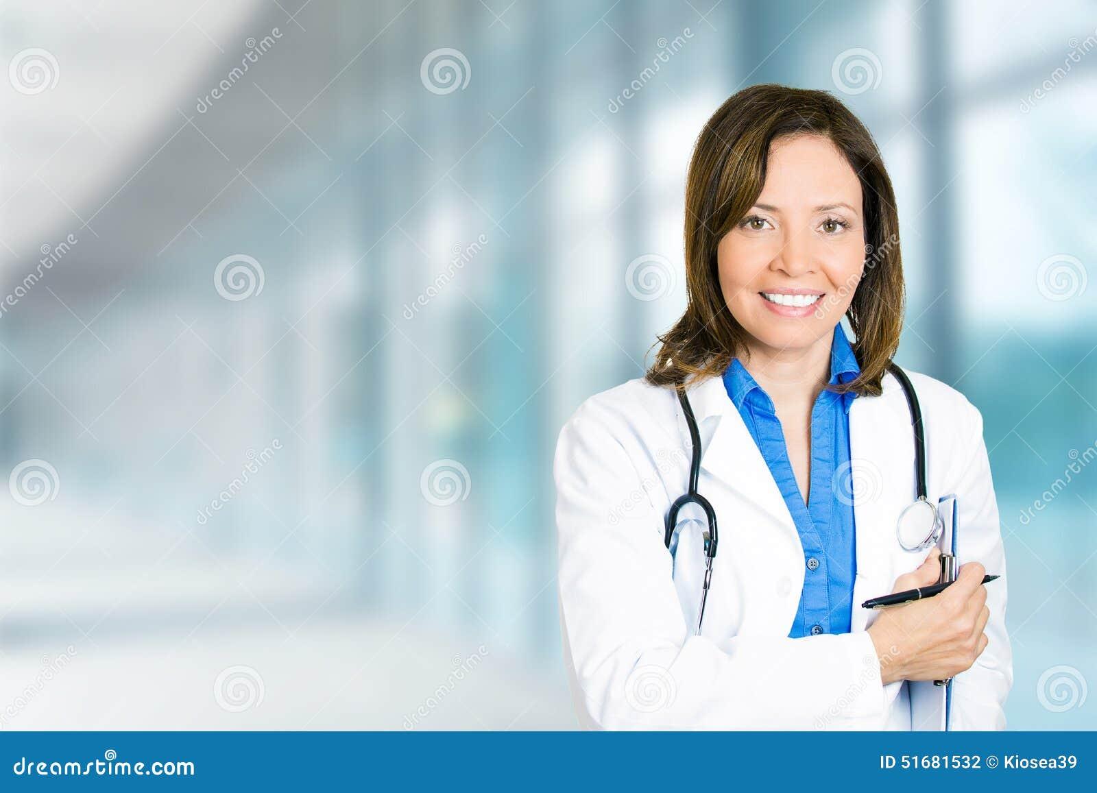 Профессионал уверенно женского доктора медицинский в больнице
