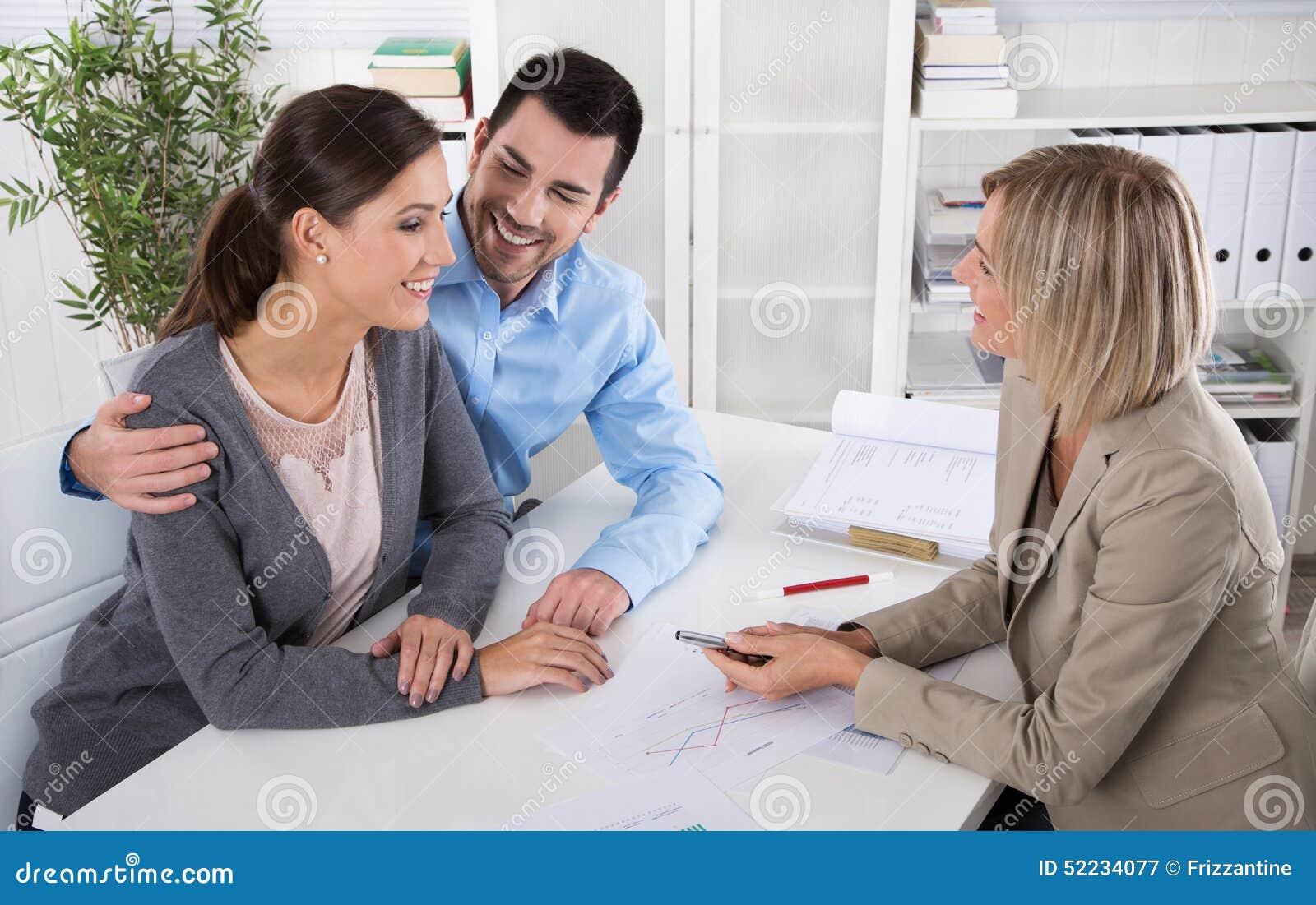 Профессиональная деловая встреча: молодые пары как клиенты и