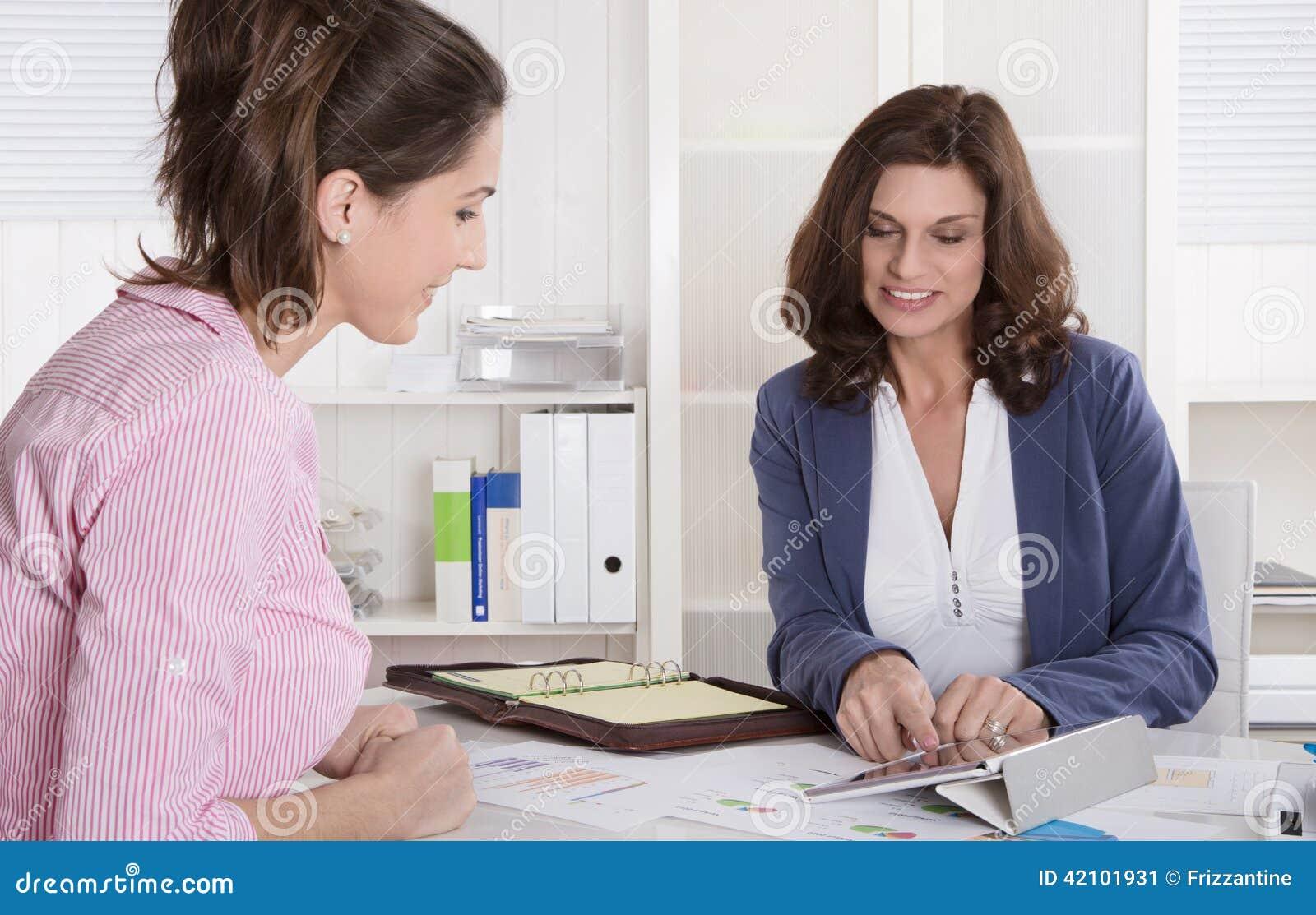 Профессиональная деловая встреча под женщиной 2: клиент и советует