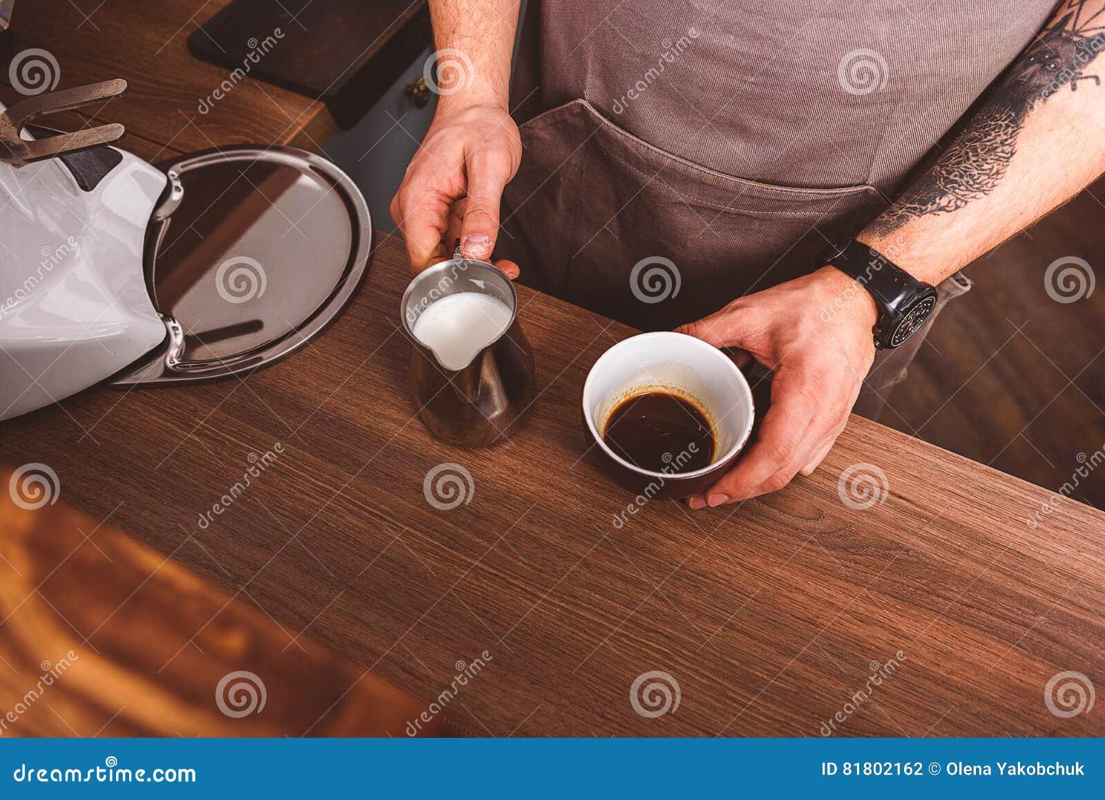 Профессиональный бармен подготавливая напиток в кафе