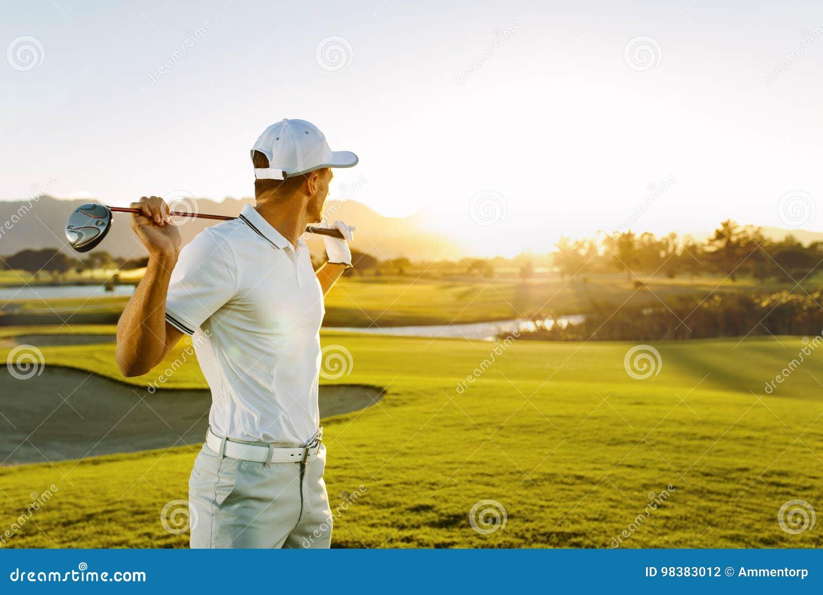 Профессиональный игрок в гольф на поле для гольфа