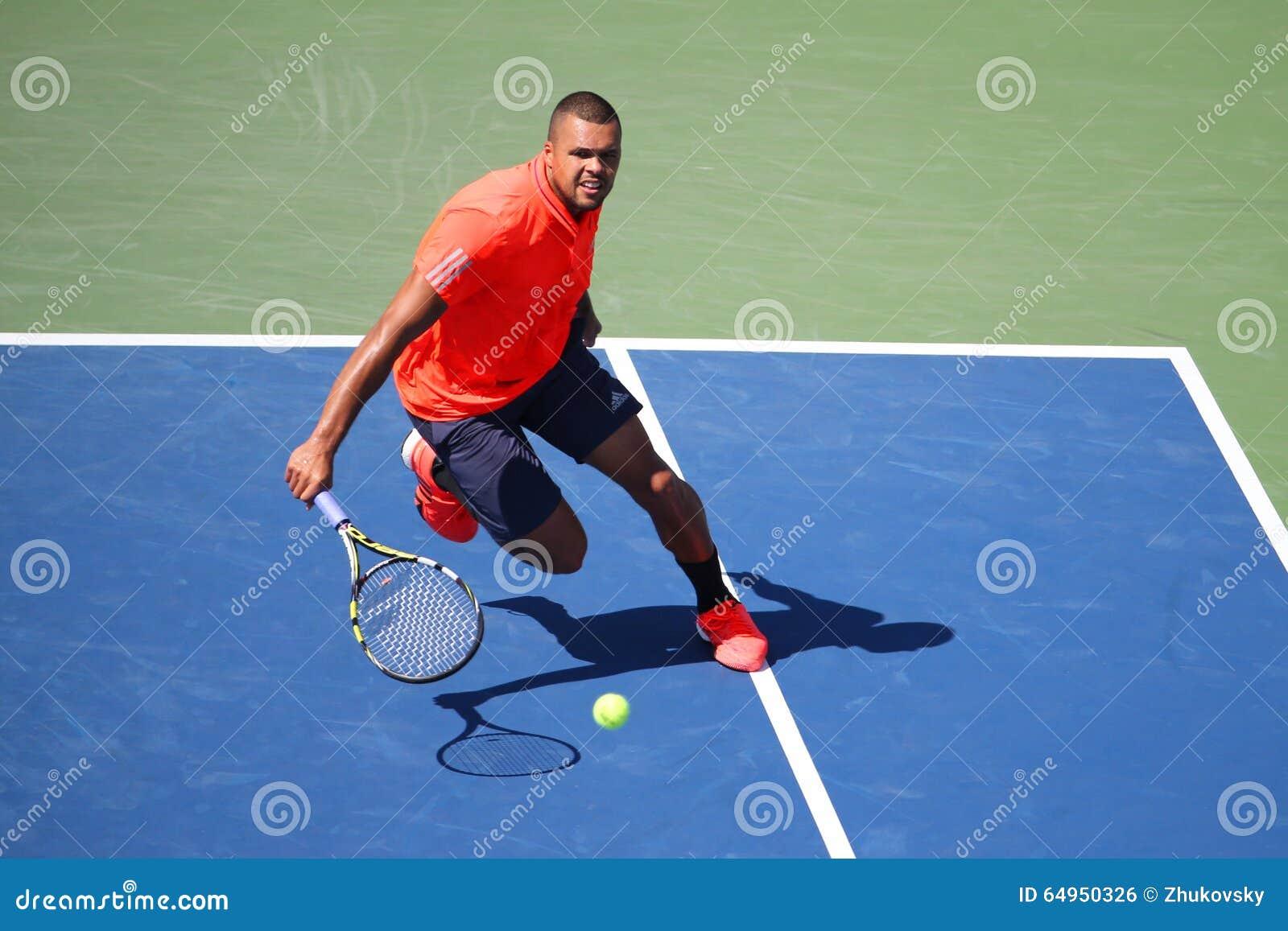 Профессиональный теннисист Джо-Wilfried Tsonga Франции в действии во время его круглой спички 4 на США раскрывает 2015