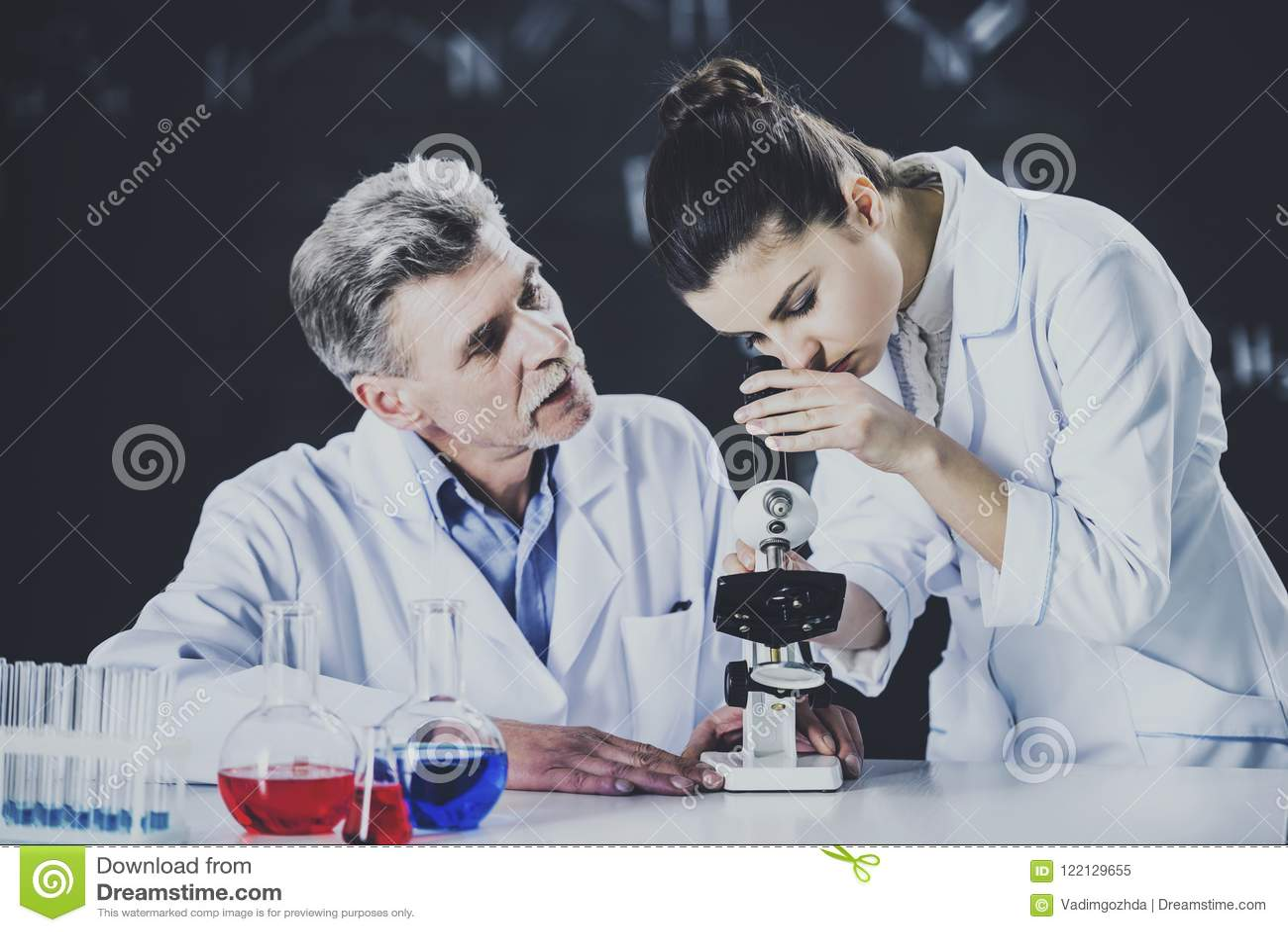 Профессор Объяснять Студент О используя микроскоп