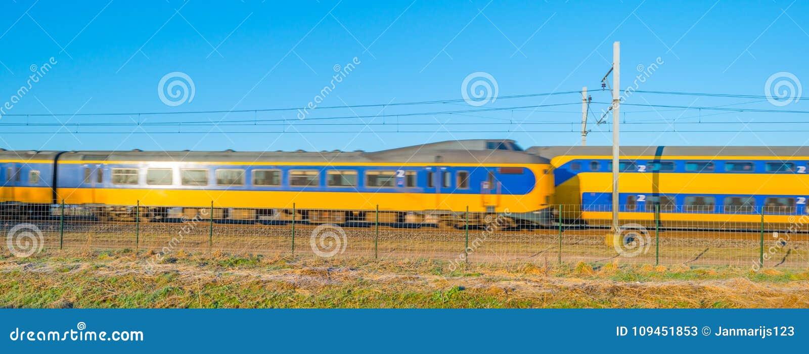 Проходить поезда на железных дорогах через природу
