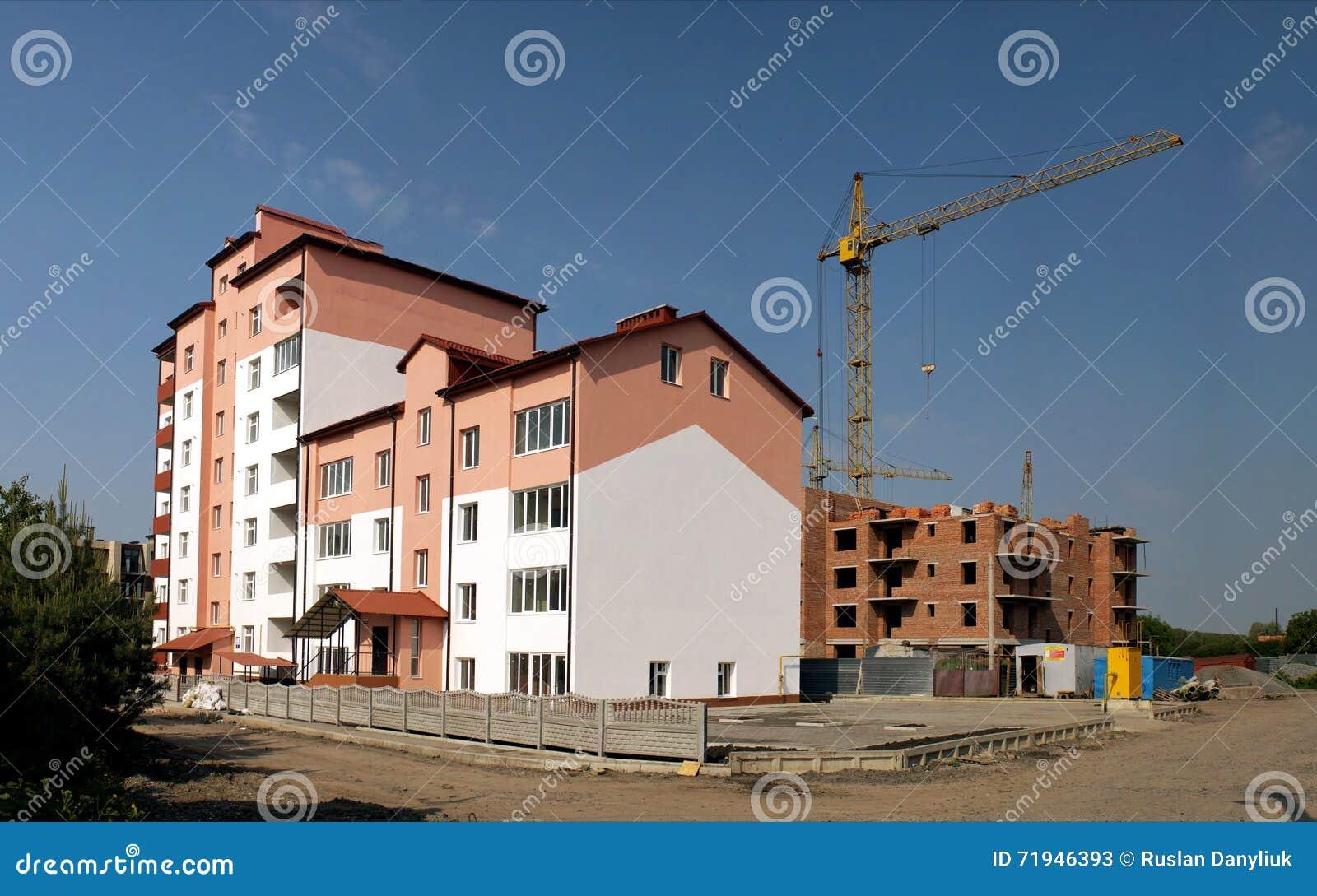 Процесс конструкции multi жилого дома