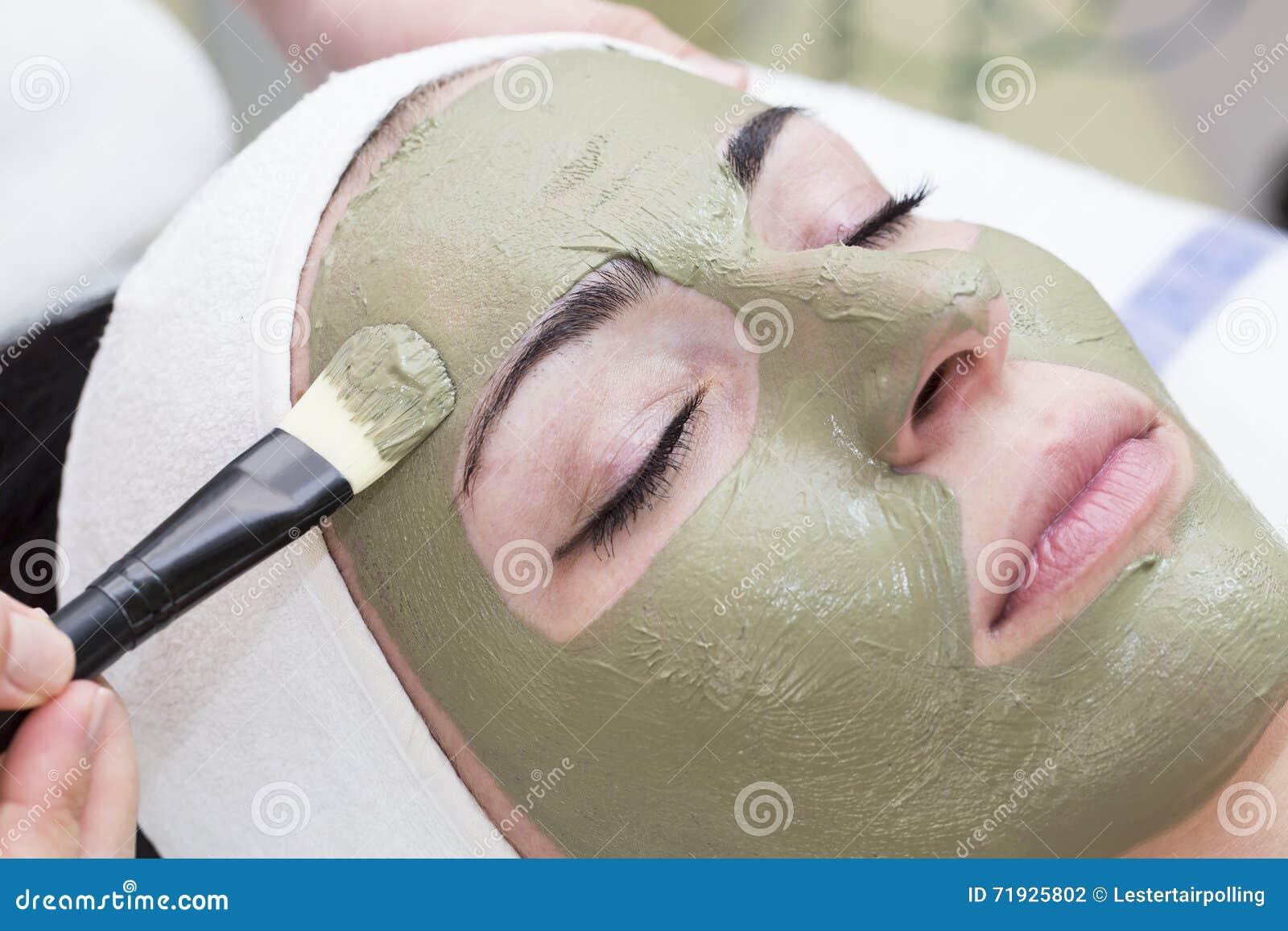 Процесс массажа и уходов за лицом