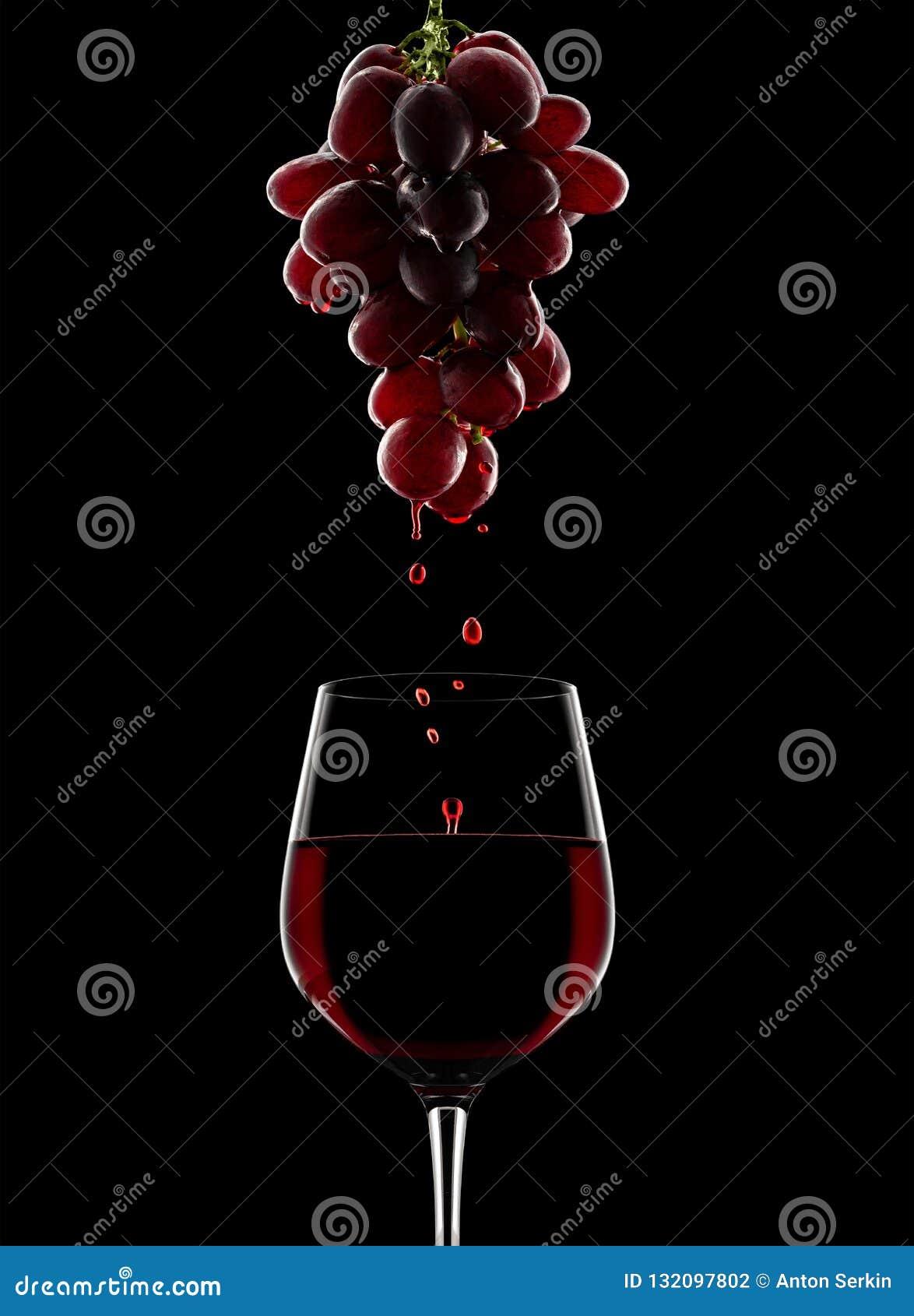 Процесс принятия вина виноградины красные