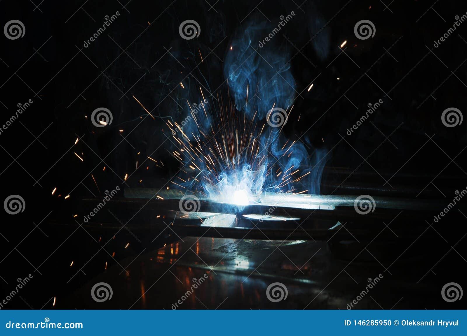 Процесс ручной заваркой Splatter и дым