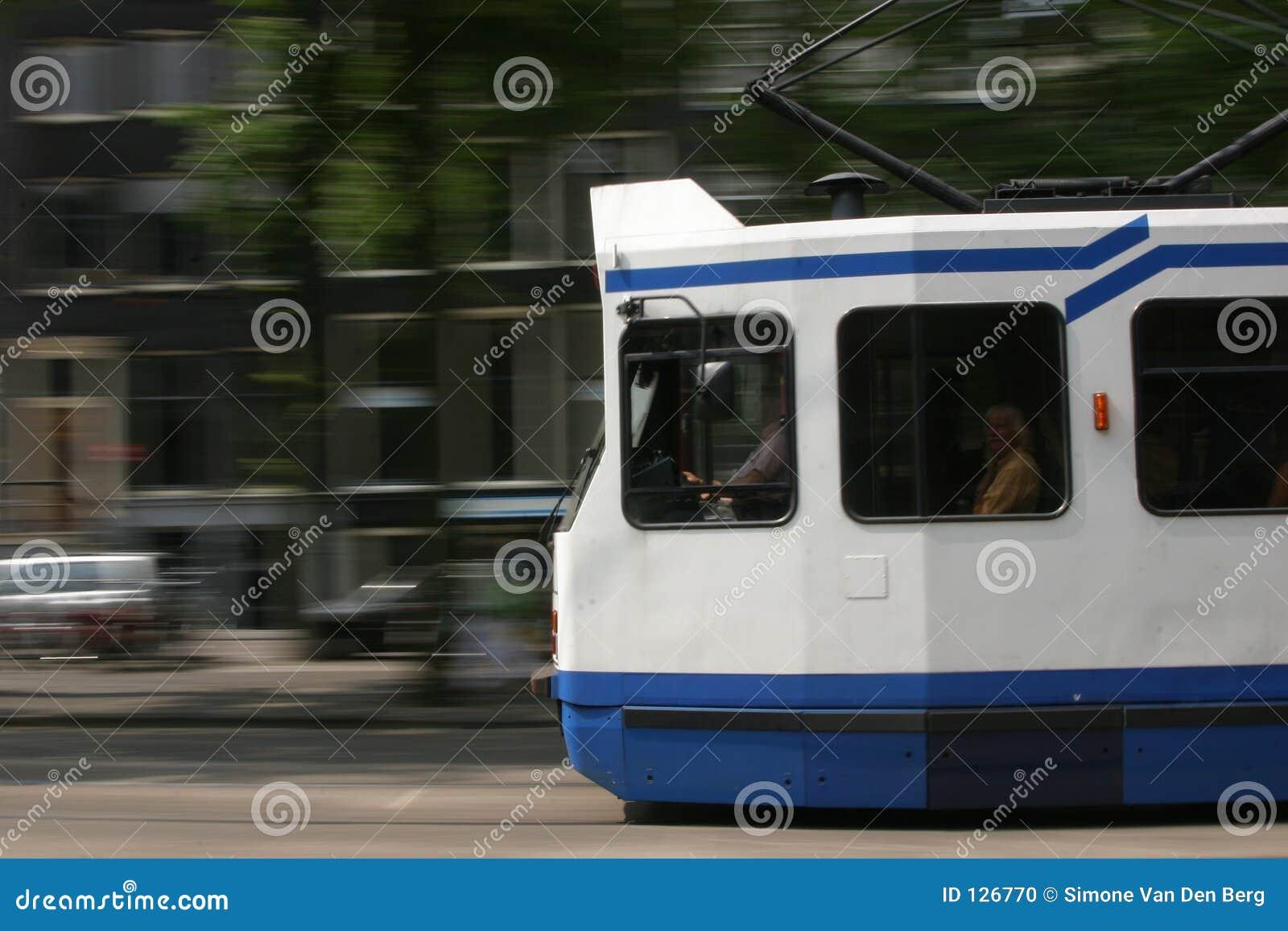 прошлый быстро проходя трам