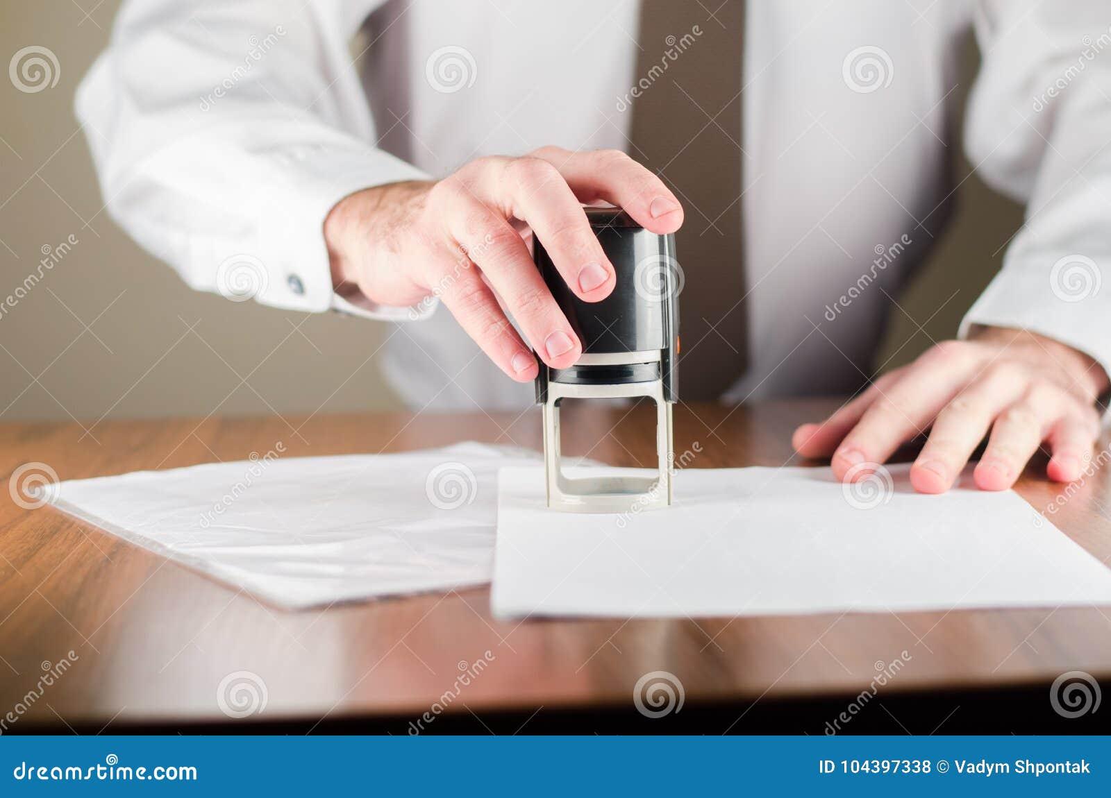 Проштемпелюйте уплотнение на таблице