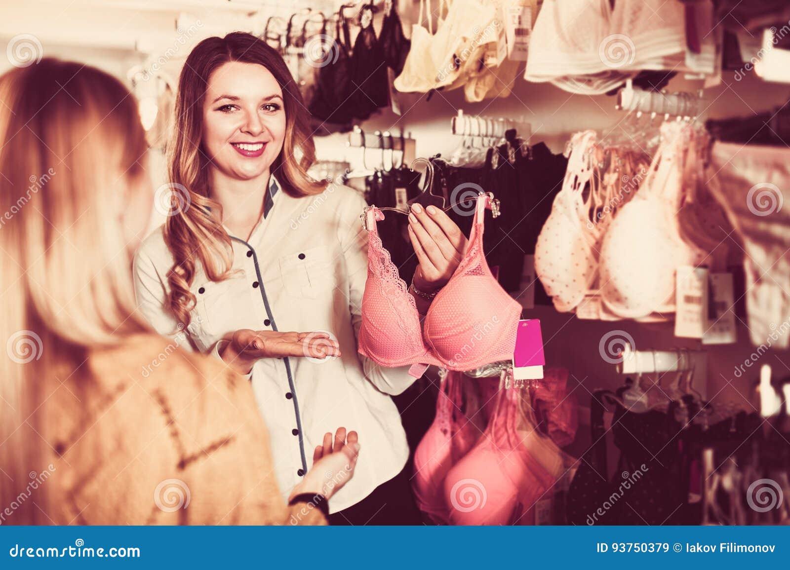 Продавец в магазин женского белья вакуумные упаковщики пленка