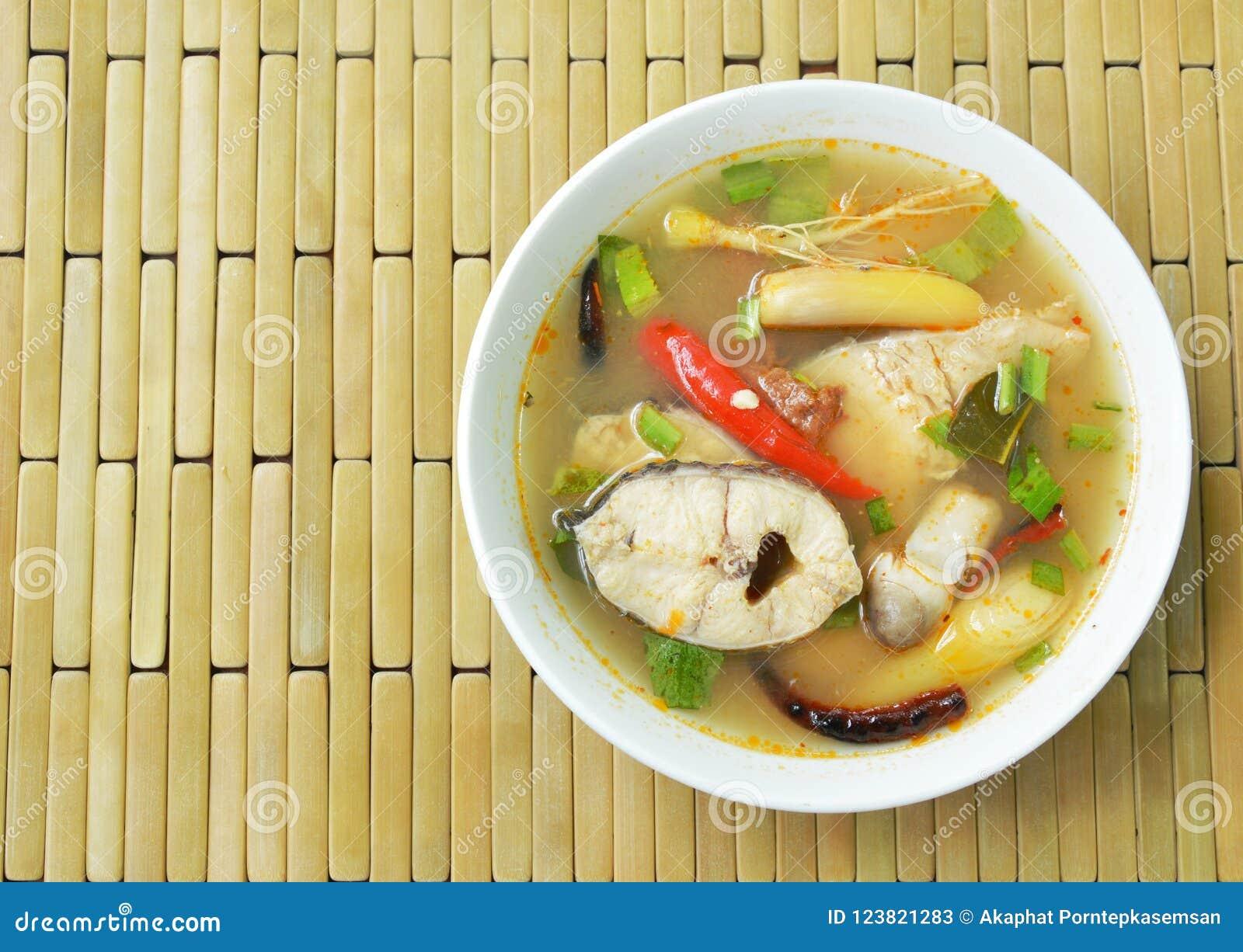 Пряные кипеть рыбы головы змейки и гриб соломы в супе Tom yum на шаре
