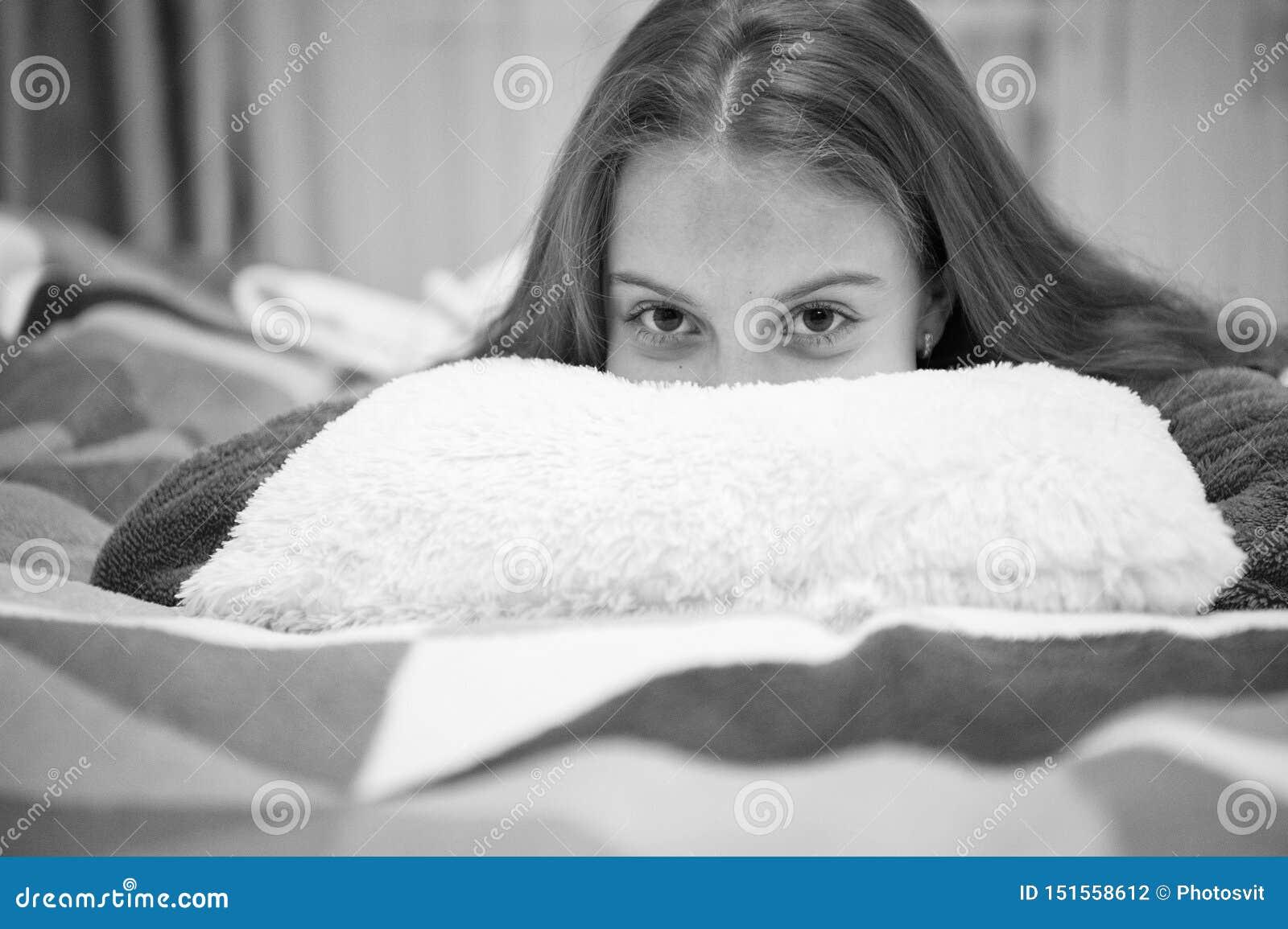 Психические здоровья и позитивность Свободные направленные сценарии раздумья и релаксации для детей Ребенок девушки маленький осл