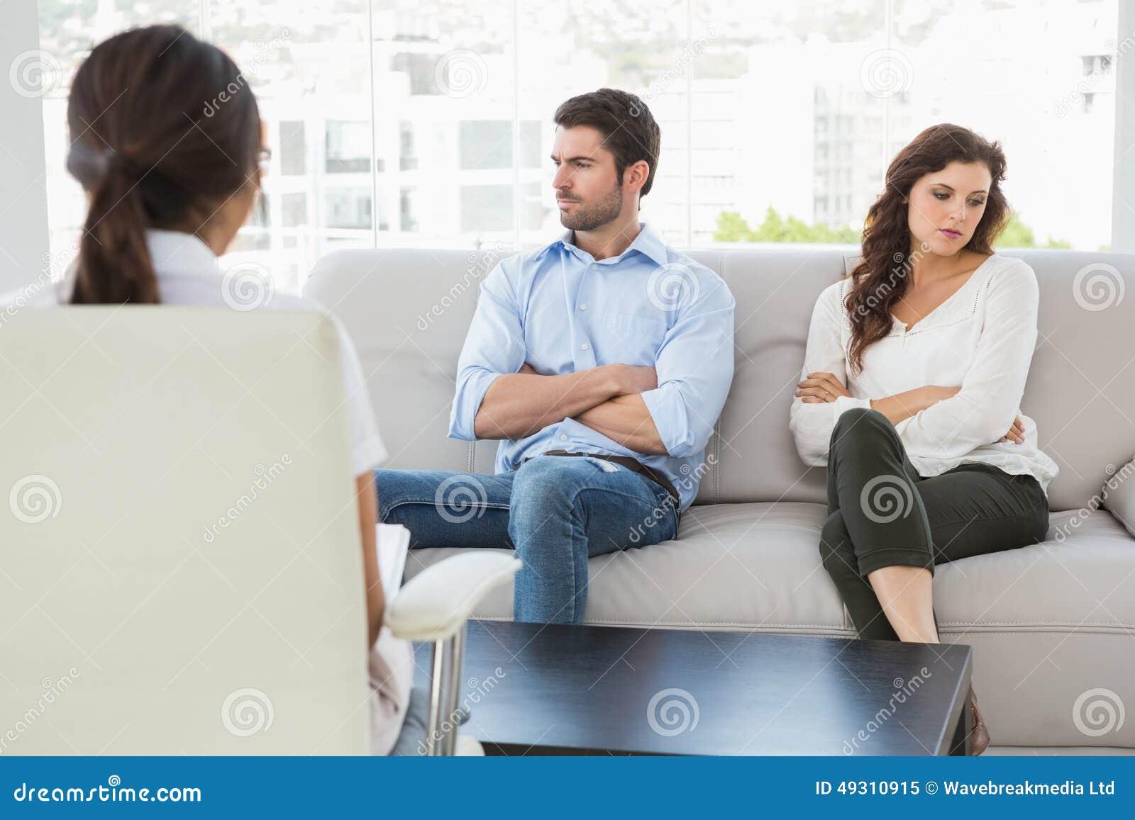 Психолог помогая паре с затруднениями отношения