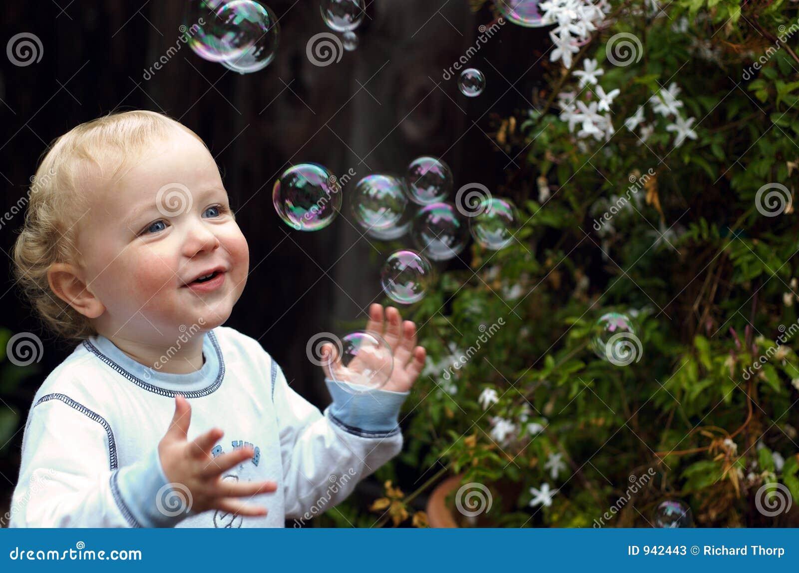 пузыри мальчика играя малыша
