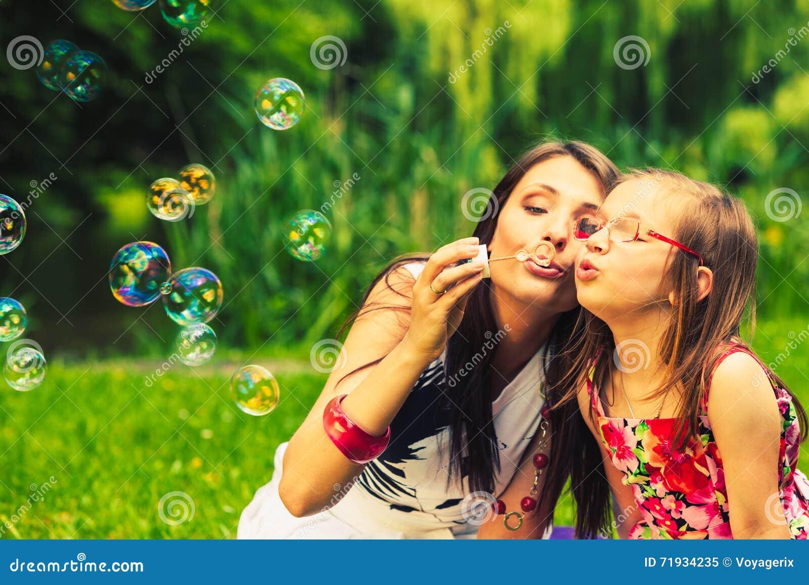 Пузыри мыла матери и ребенка дуя внешние