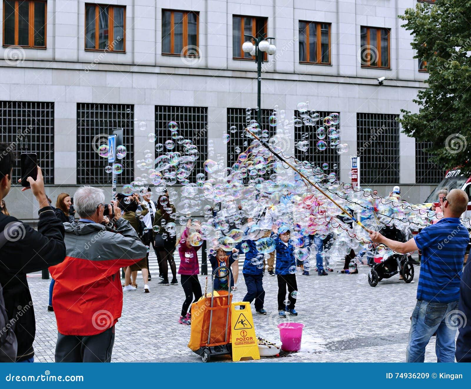 Пузыри мыла праздника в улице в Праге