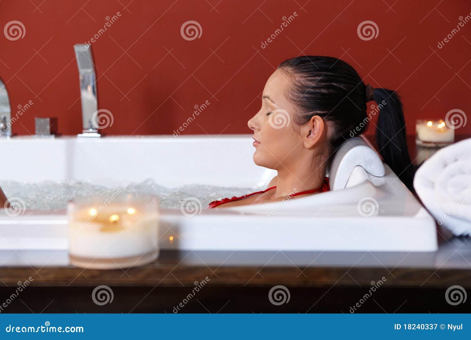 пузырь ванны наслаждаясь детенышами женщины