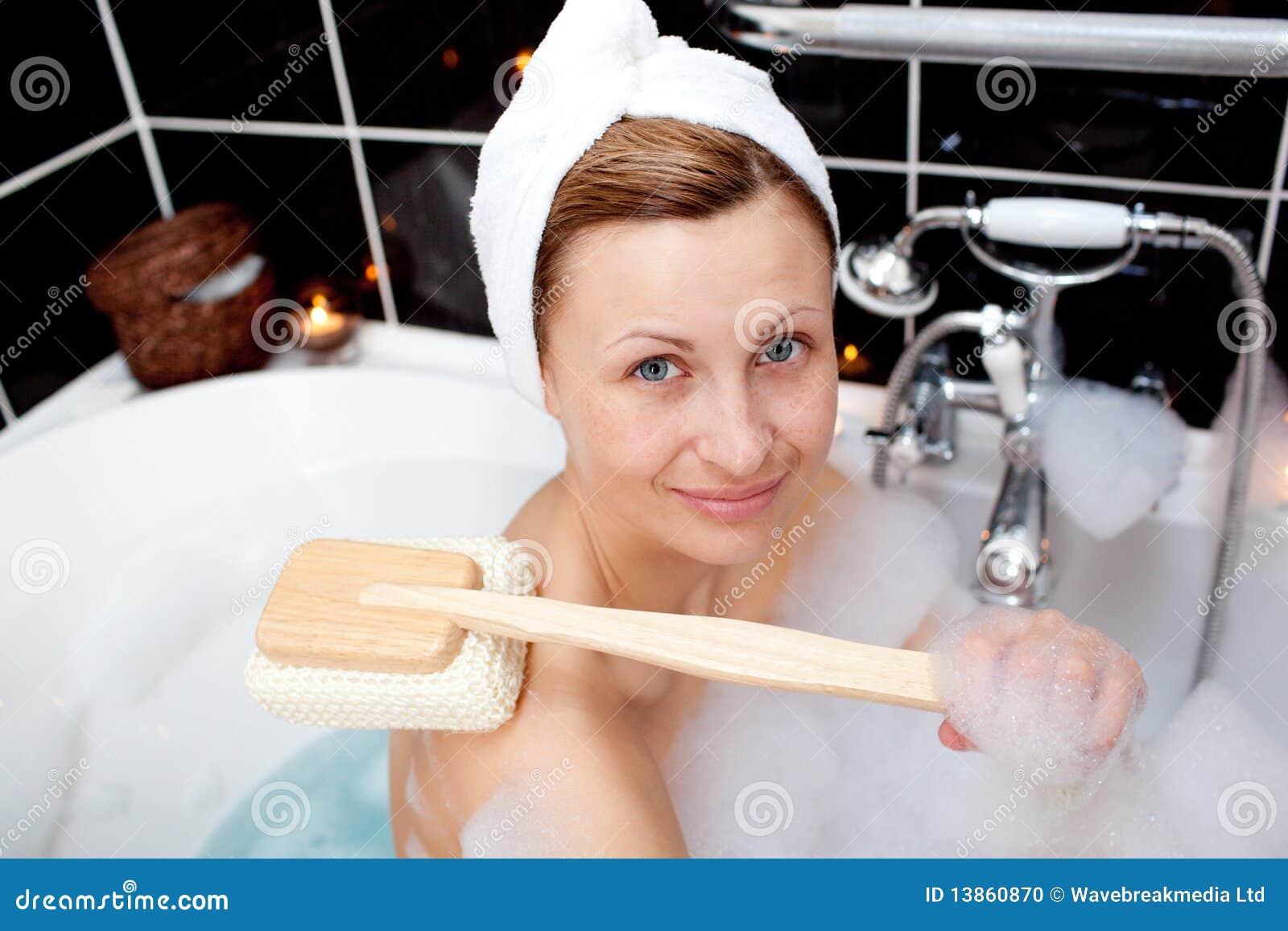 В ванной моется женщина @ m1bar.com
