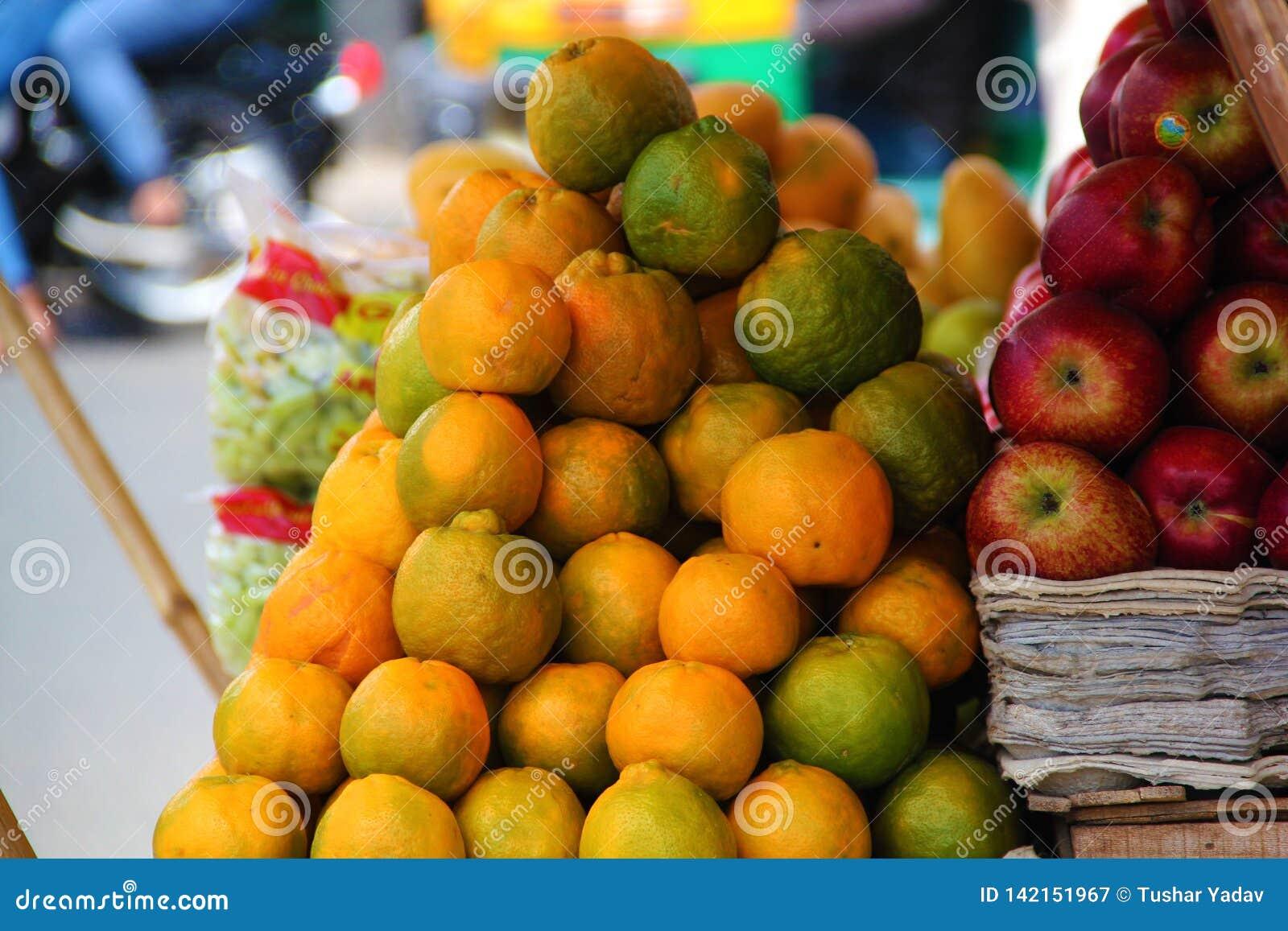 Пук апельсинов и яблок на улице