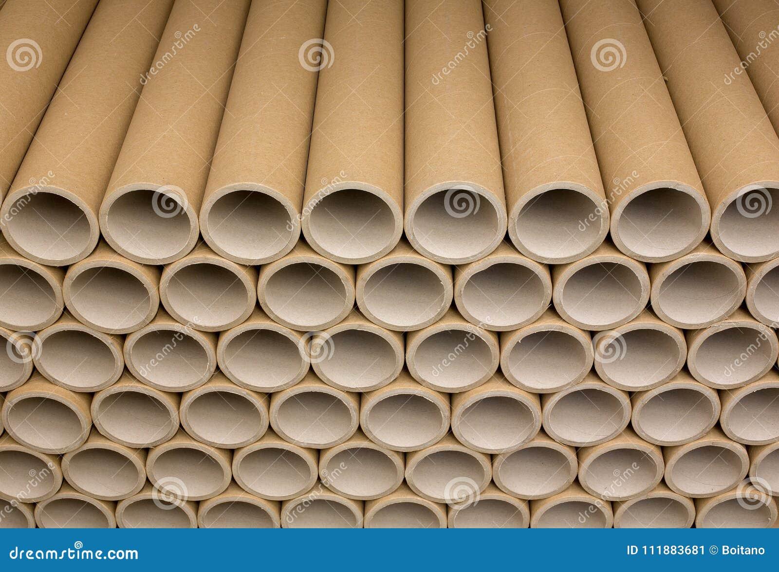 Пук коричневого промышленного бумажного ядра Много ядри бумаги или бумажные трубки