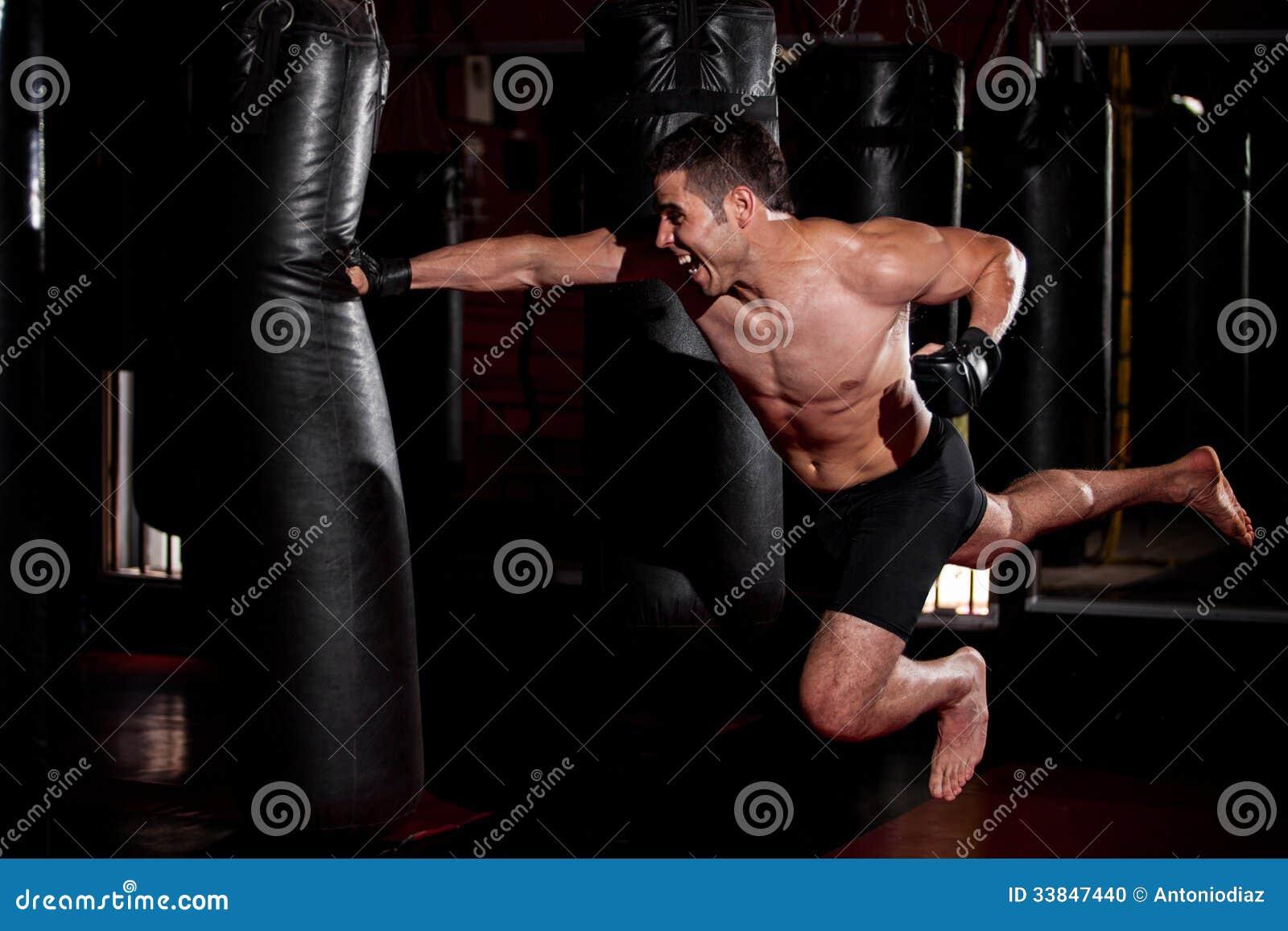 Пунш супермена на спортзале