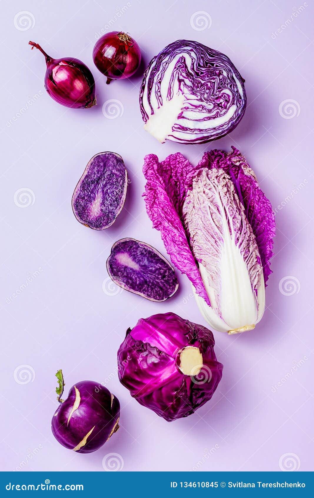 Пурпурные овощи на предпосылке пастельного цвета Минимальная концепция Завод основал варить vegan или вегетарианца Чистая еда еды