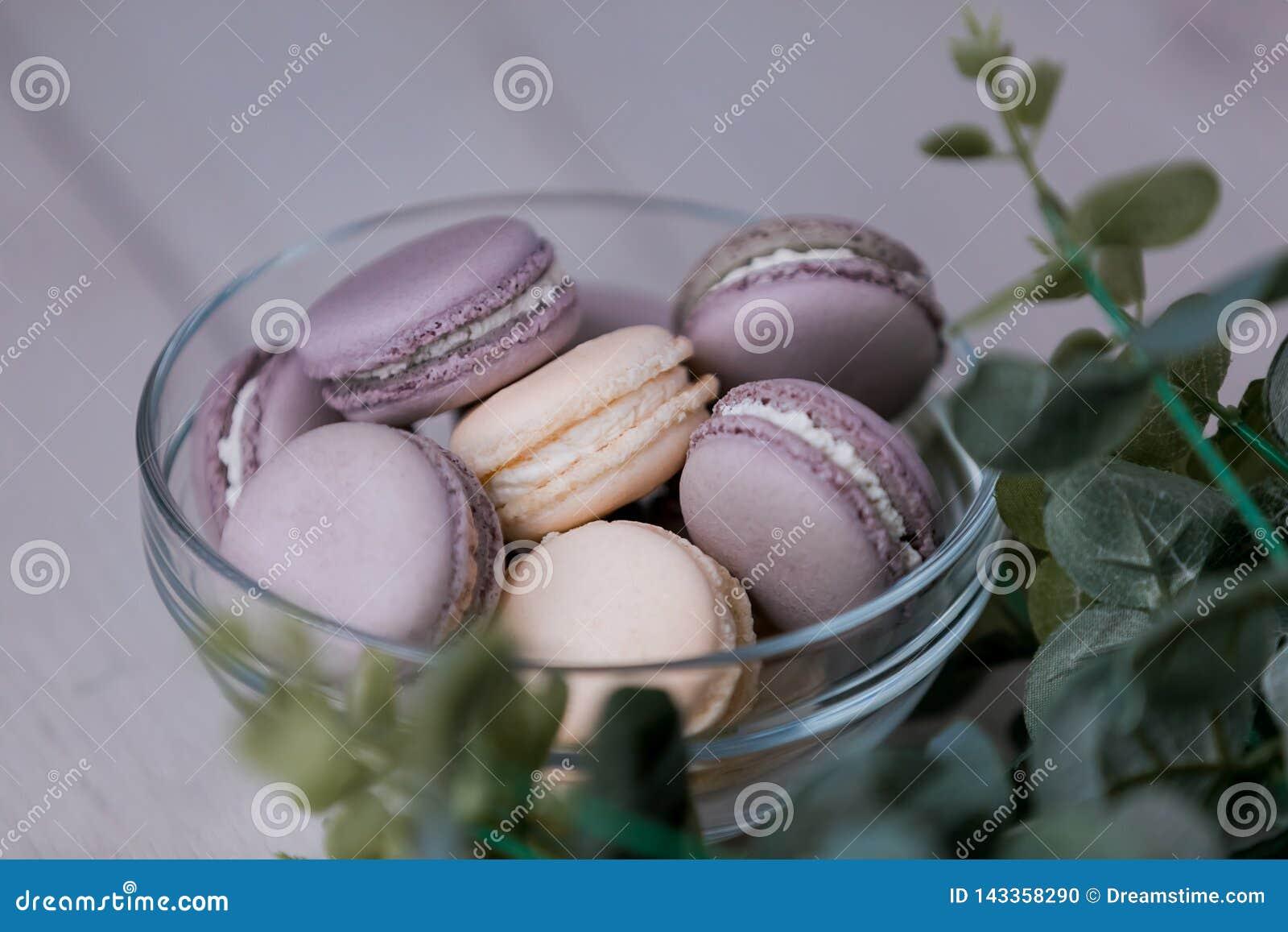 Пурпурные macaroons в стеклянной пластинке