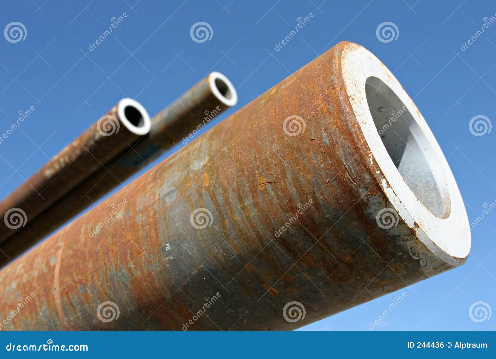 пускает сталь по трубам