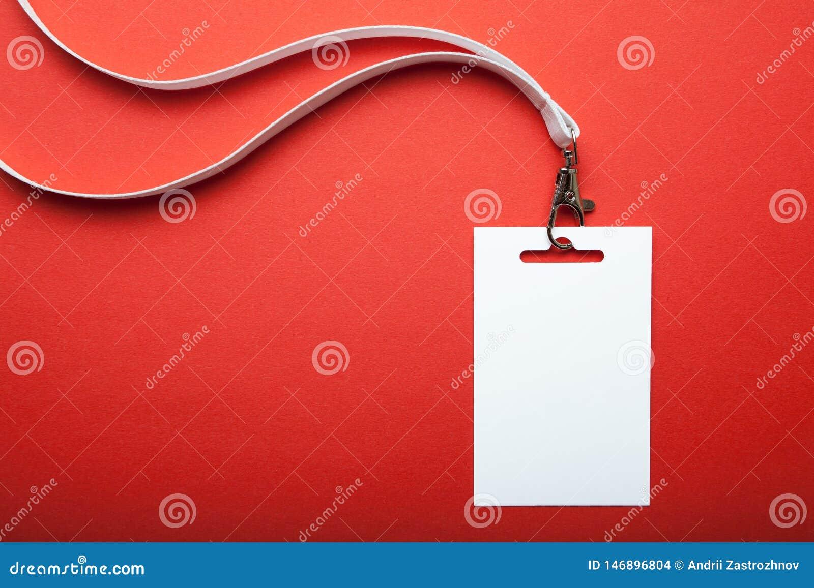 Пустая бирка имени, с белым талрепом на красном цвете Бирка имени пуста для вашего текста r